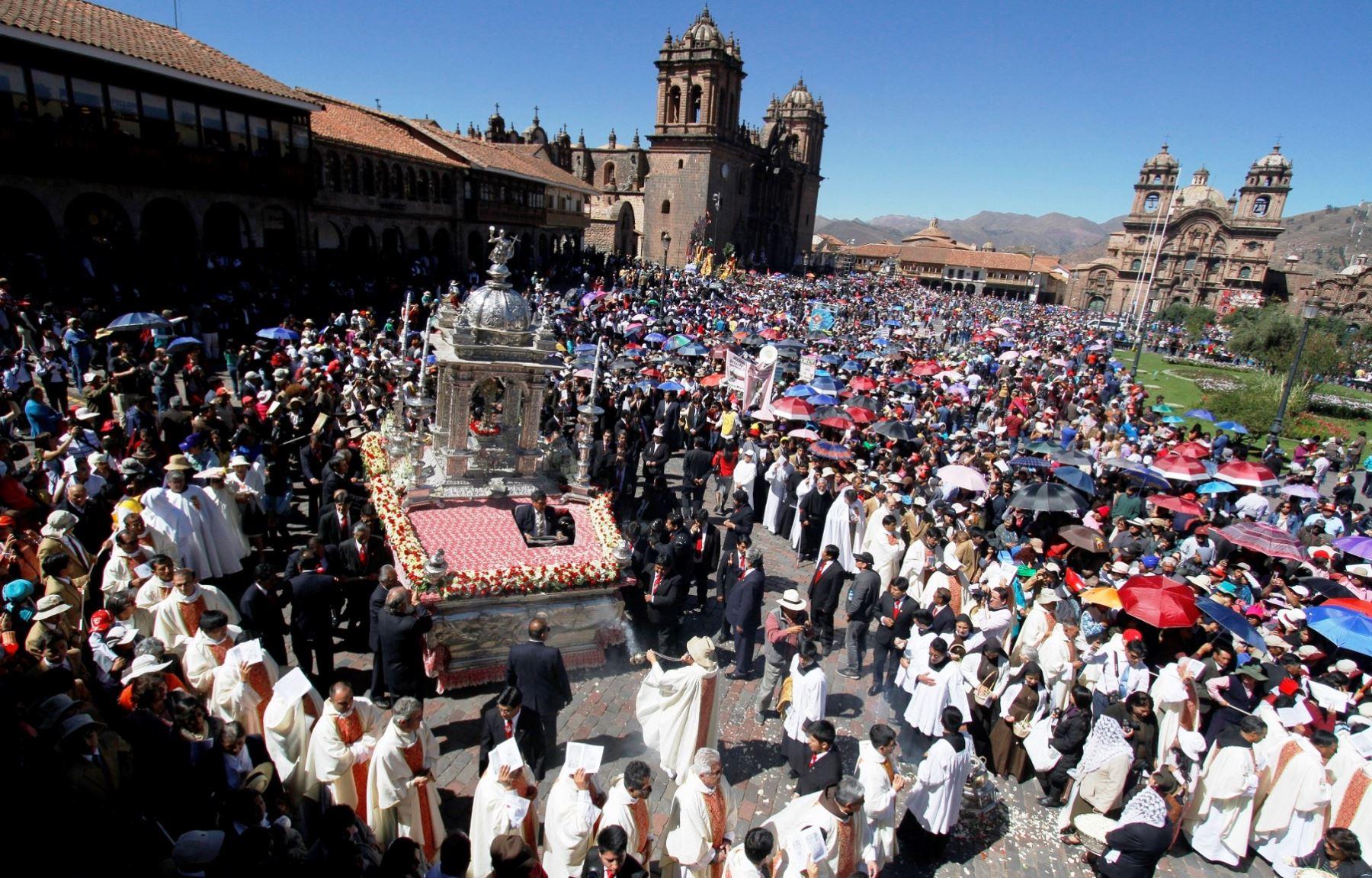 Miles de cusqueños y turistas participan de la procesión del Corpus Christi. ANDINA/Percy Hurtado