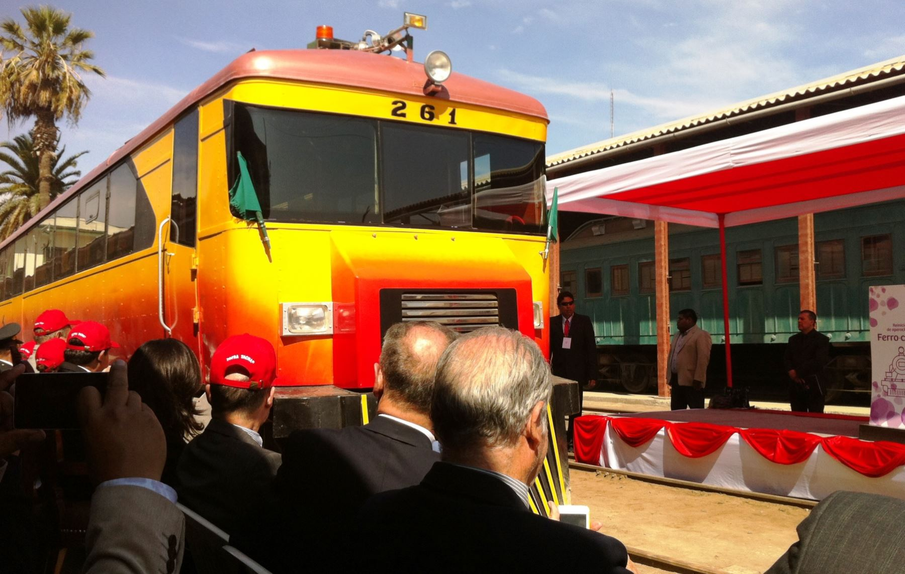 El histórico Ferrocarril Tacna-Arica reinició hoy su funcionamiento con un viaje inaugural.