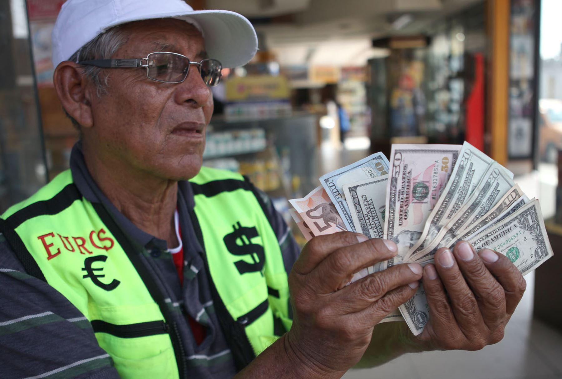 Dólares. Foto: ANDINA/Héctor Vinces