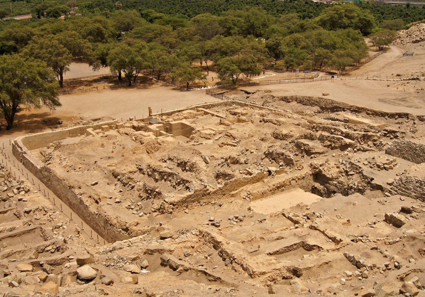 El complejo arqueológico y fortaleza de Sechín, ubicado también en la provincia de Casma, se encuentra a 13 kilómetros del océano Pacifico.
