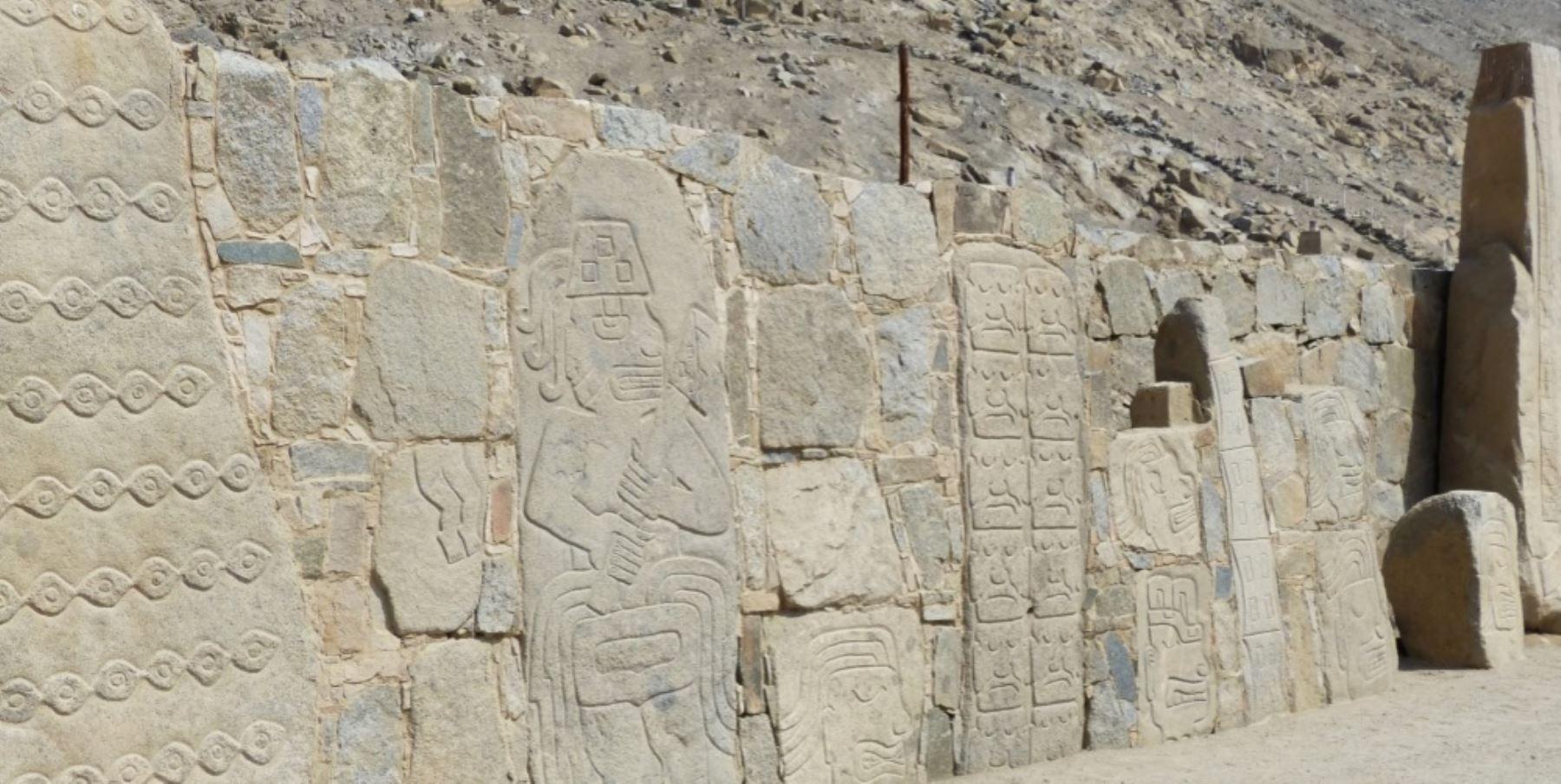 Dentro de este edificio se encuentra un edificio de piedras con una fachada decorada con casi 300 piedras en relieve que representan sacerdotes y cuerpos mutilados.