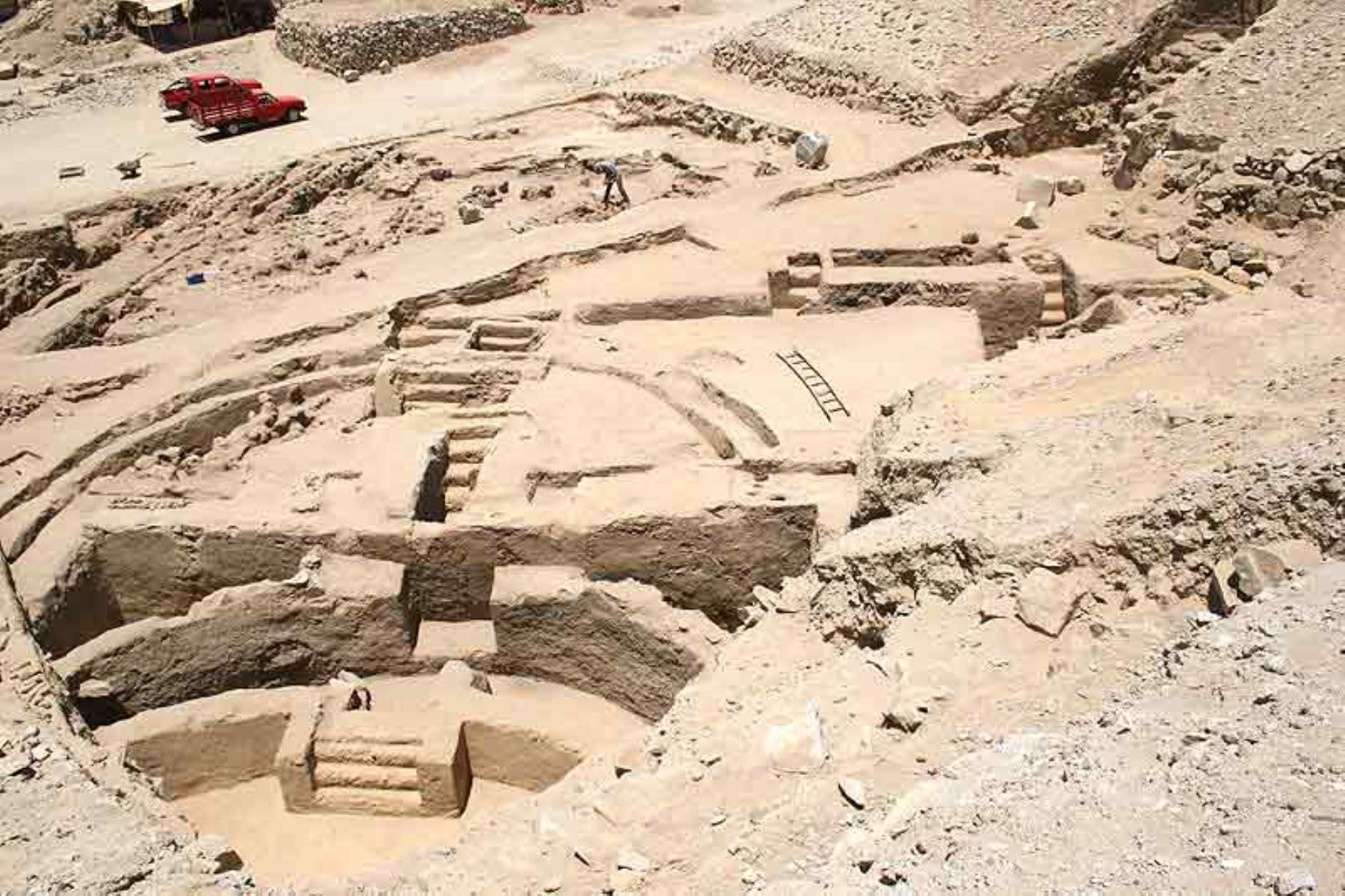 Manchan es un sitio arqueológico considerado uno de los últimos reductos de los Chimú, antes de ser conquistados por el inca Pachacútec, y cumplió esencialmente una función administrativa de la zona. Su estructura está hecha de barro, con enormes adobes de la época que se conservan hasta la actualidad.