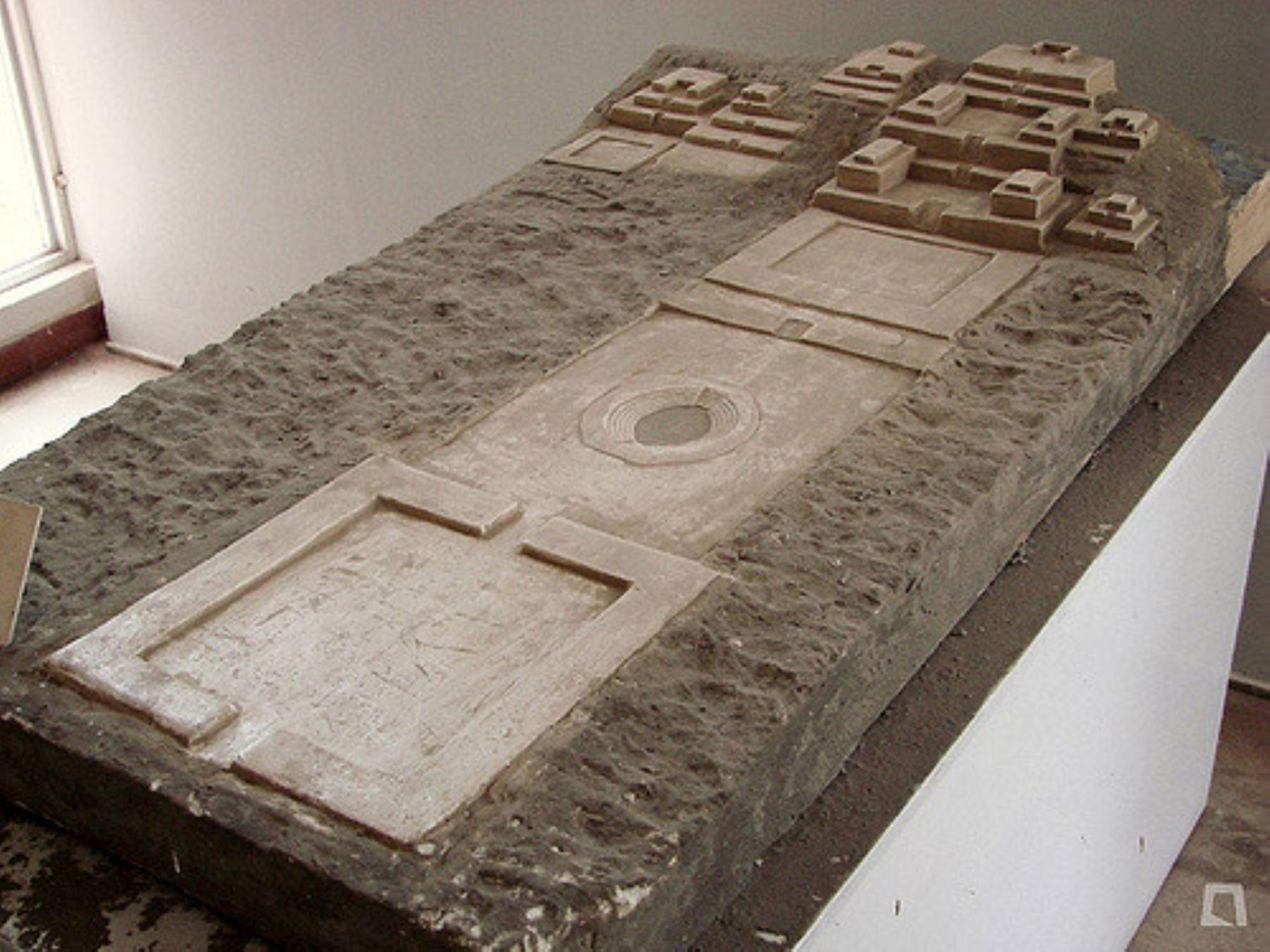 Maqueta del sitio arqueológico de Las Aldas, perteneciente al período Formativo del Perú y data de entre 1,800 y 1,500 años antes de Cristo. Se trata de un centro ceremonial que está ubicado frente al mar, a 30 kilómetros del valle de Casma.