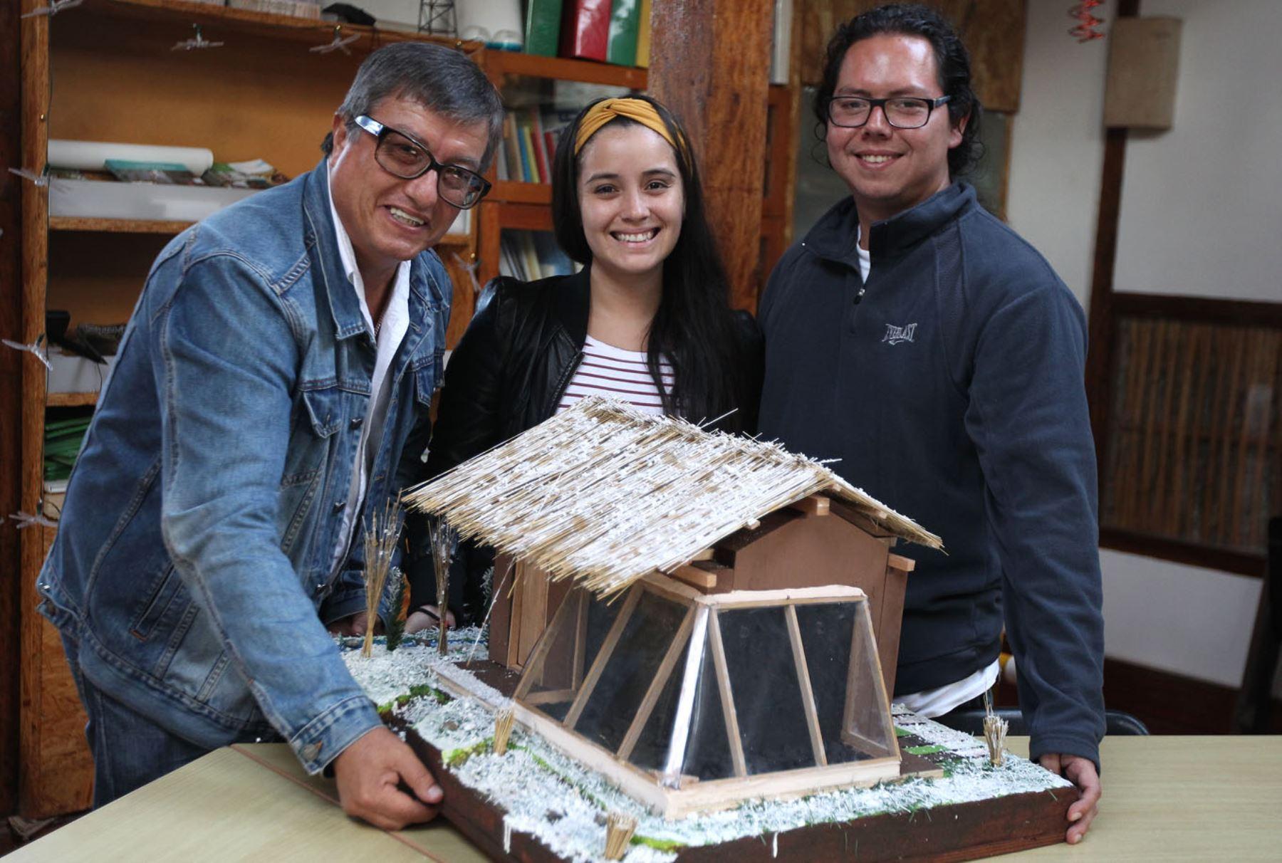 Gracias a fondos de Concytec equipo del Grupo de Apoyo al Sector Rural de la PUCP creó viviendas que protegen de las heladas a familias rurales. ANDINA/Héctor Vinces