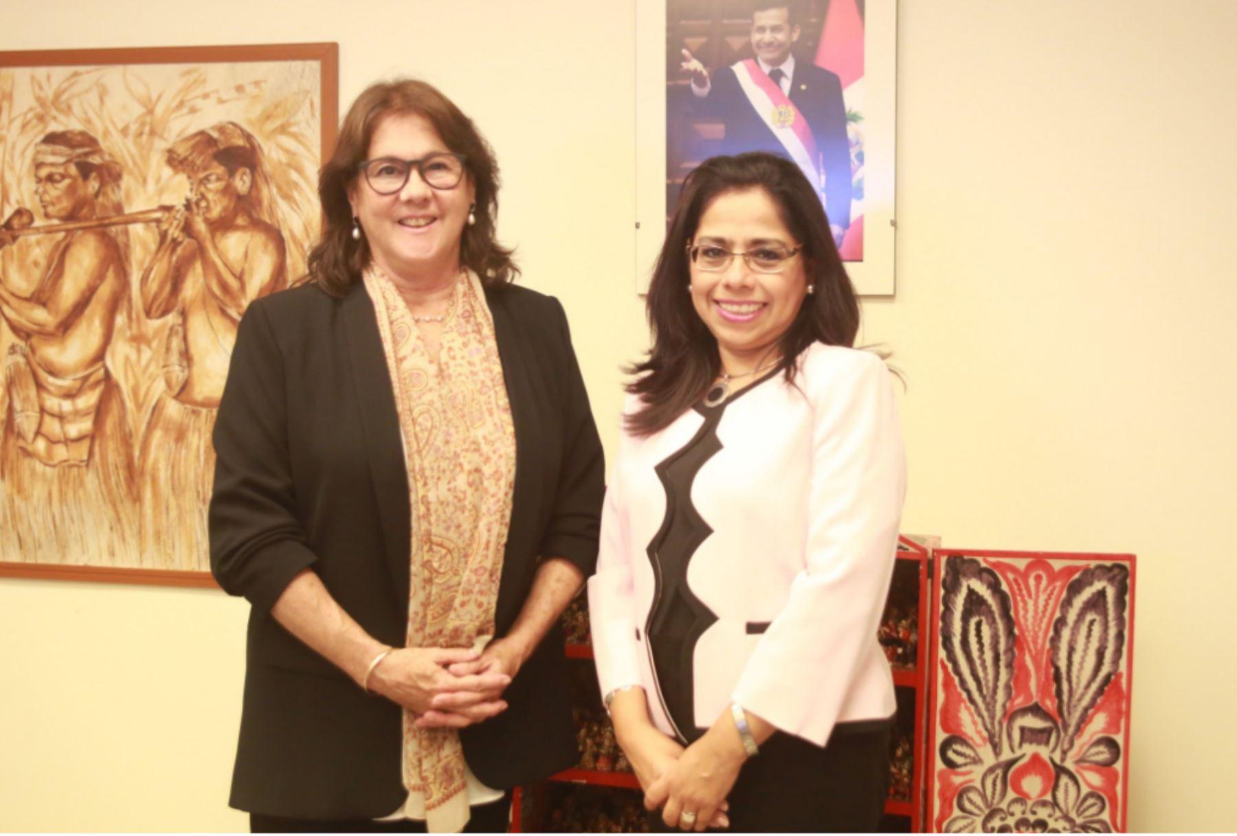 Ministra de la Mujer, Marcela Huaita, y Cecilia Blondet.