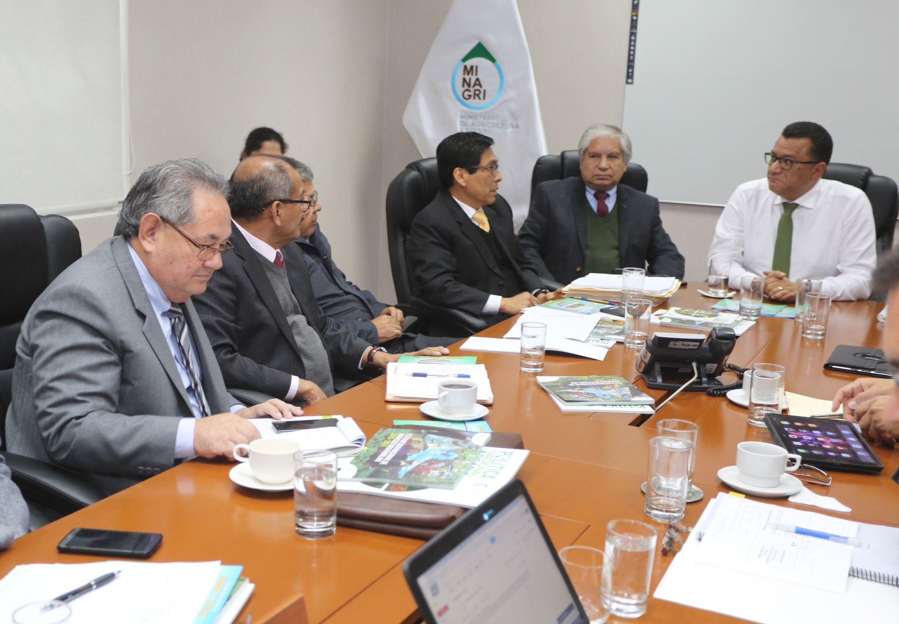 Ministro Juan Manuel Benites se reunió con Comisión de Transferencia y entregó Política Agraria.