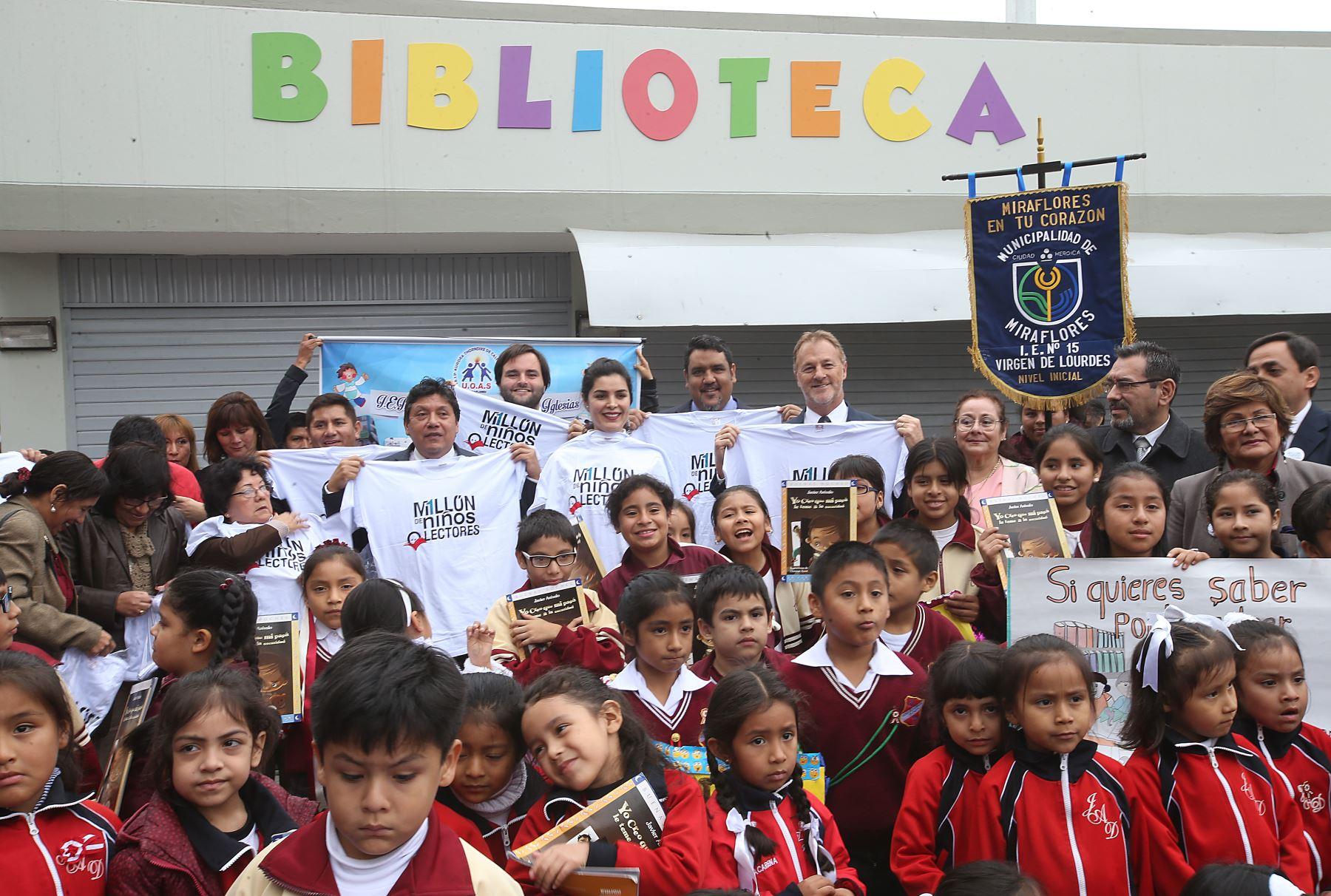 Alcalde de Miraflores, Jorge Muñoz, y directiora de Un Millpon de Niños Lectores, Teresa Boullon, inauguraron red de bibliotecas municipales en el colegio Juana Alarco de Dammert. ANDINA/Juan Carlos Guzmán
