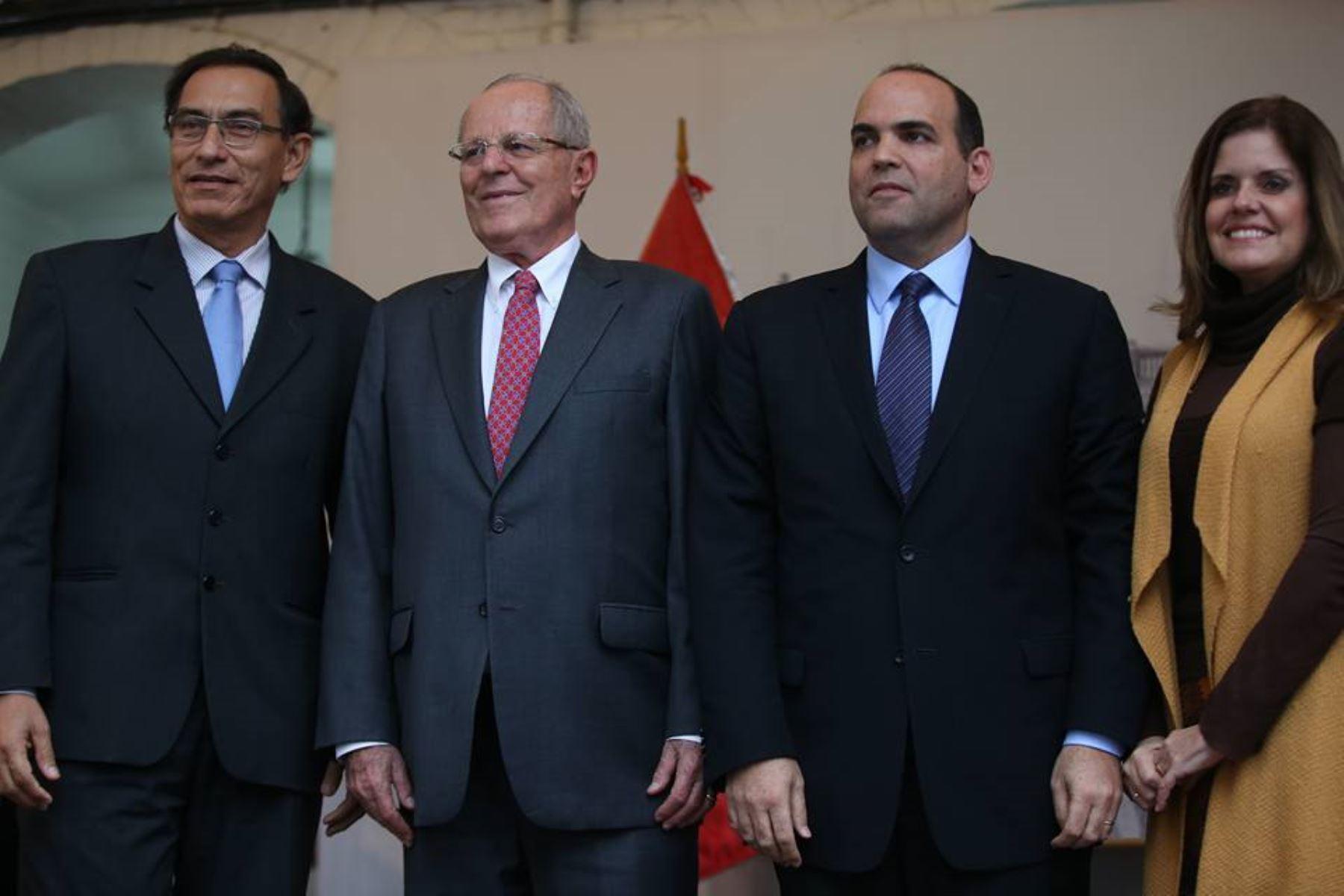 Presidente electo, Pedro Pablo Kuczynski, posa a la prensa junto a su jefe de Gabinete, Fernando Zavala; y a los vicepresidentes electos, Martín Vizcarra, y Mercedes Aráoz.