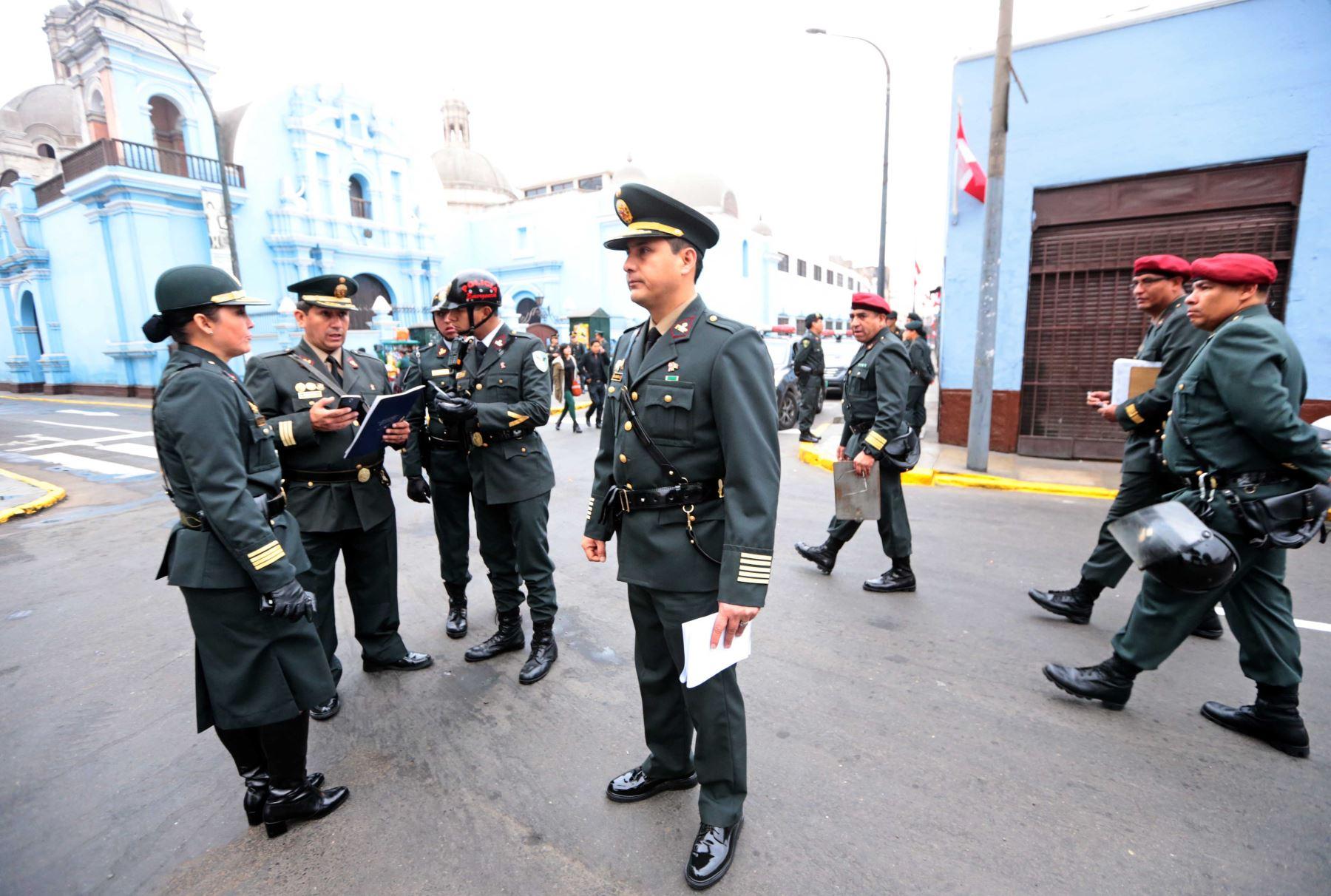 LIMA PERÚ, JULIO 28.Medidas de seguridad en los exteriores del Congreso de la República.Foto: ANDINA/Carlos Lezama