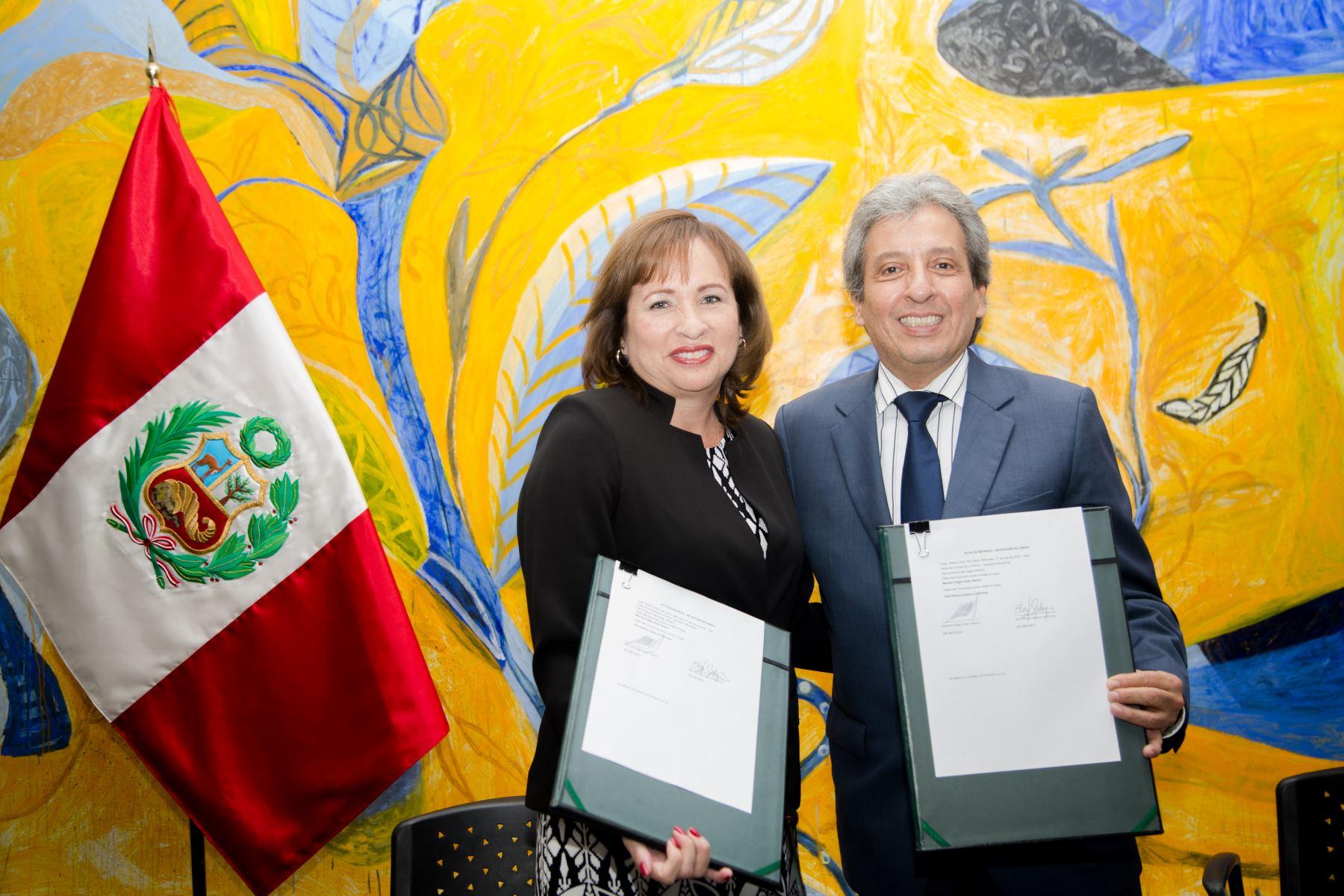 La nueva ministra del Ambiente, Elsa Galarza Contreras, asume en cargo, en un acto protocolar que contó con la presencia del saliente titular del portafolio, Manuel Pulgar Vidal. Difusión