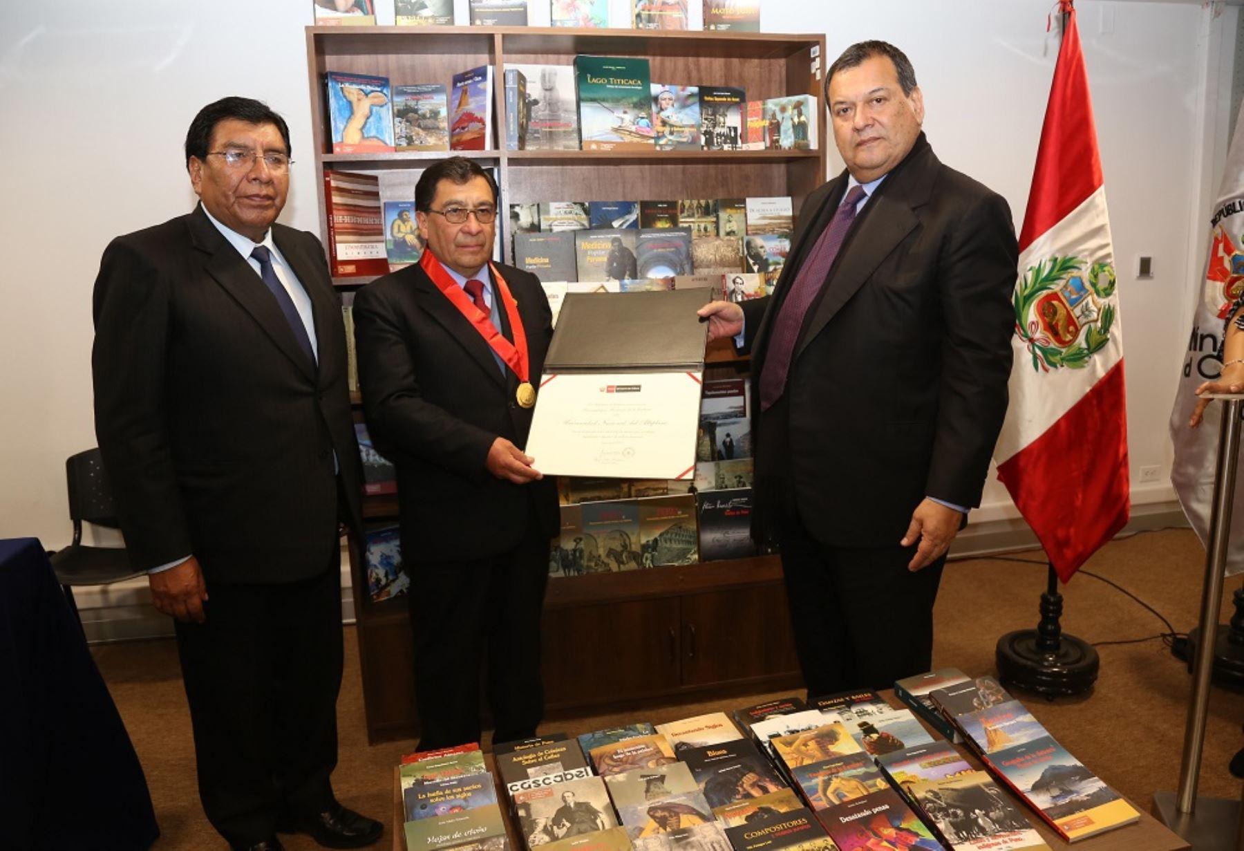 En mérito a su acertada política editorial y por su valioso aporte a la cultura peruana a través de sus destacadas publicaciones, el Ministerio de Cultura distinguió a la Universidad Nacional del Altiplano de Puno como Personalidad Meritoria de la Cultura.