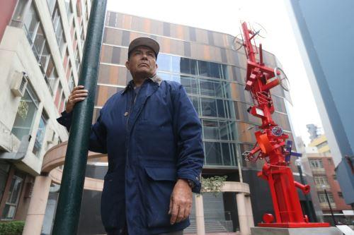 Escultor Miguel Ángel Velit junto a una obra suya en el distrito de Miraflores ANDINA/archivo