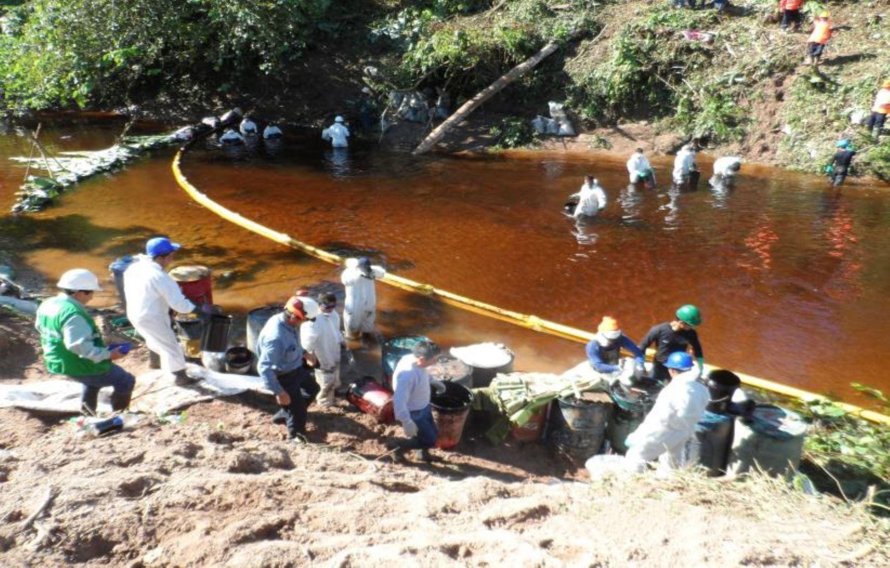 Un equipo de especialistas del Organismo de Evaluación y Fiscalización Ambiental (OEFA) tomó muestras de agua superficial en la quebrada de Uchichangos y verifica si la fuga de petróleo en el Oleoducto Nor Peruano afecta al río Nieva, se informó hoy.