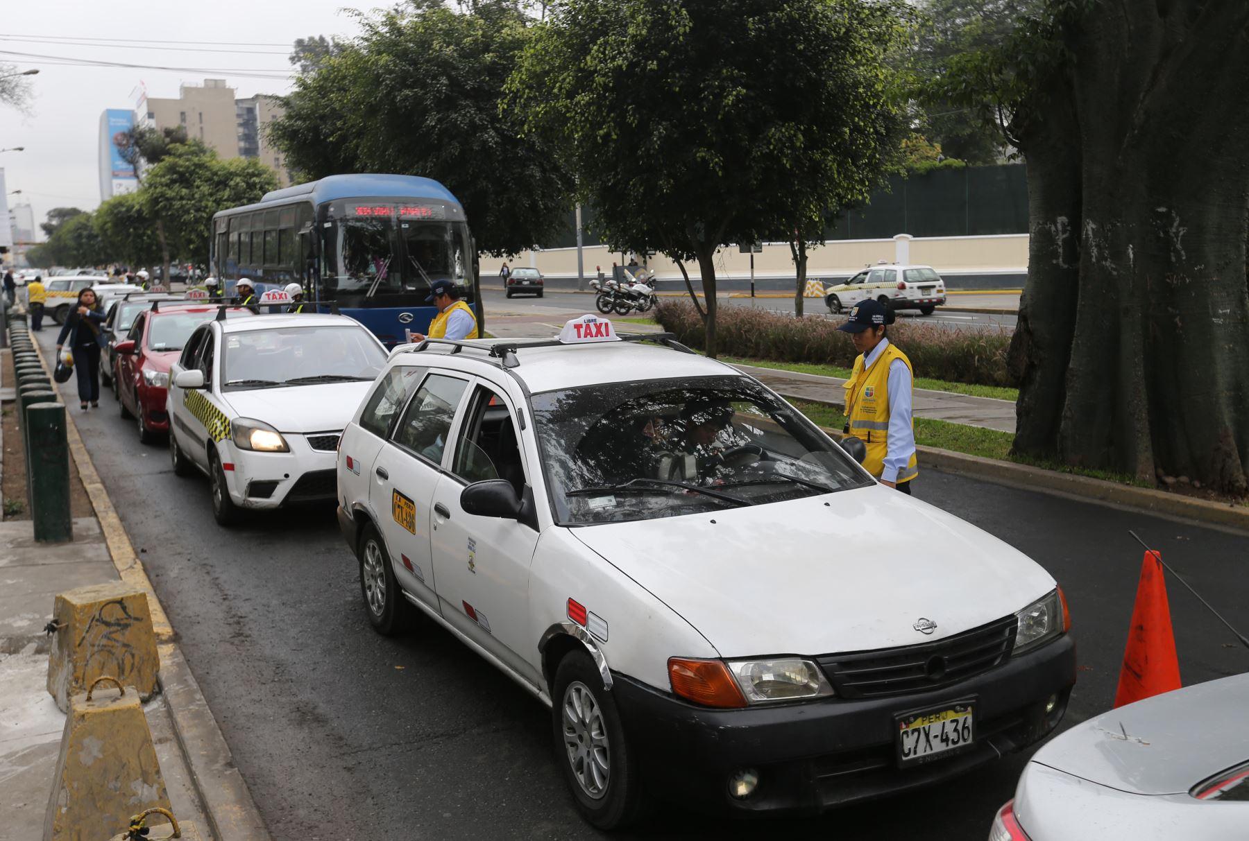 En un taxi colectivo uno se transporta junto a personas desconocidas. Foto: ANDINA/Norman Córdova