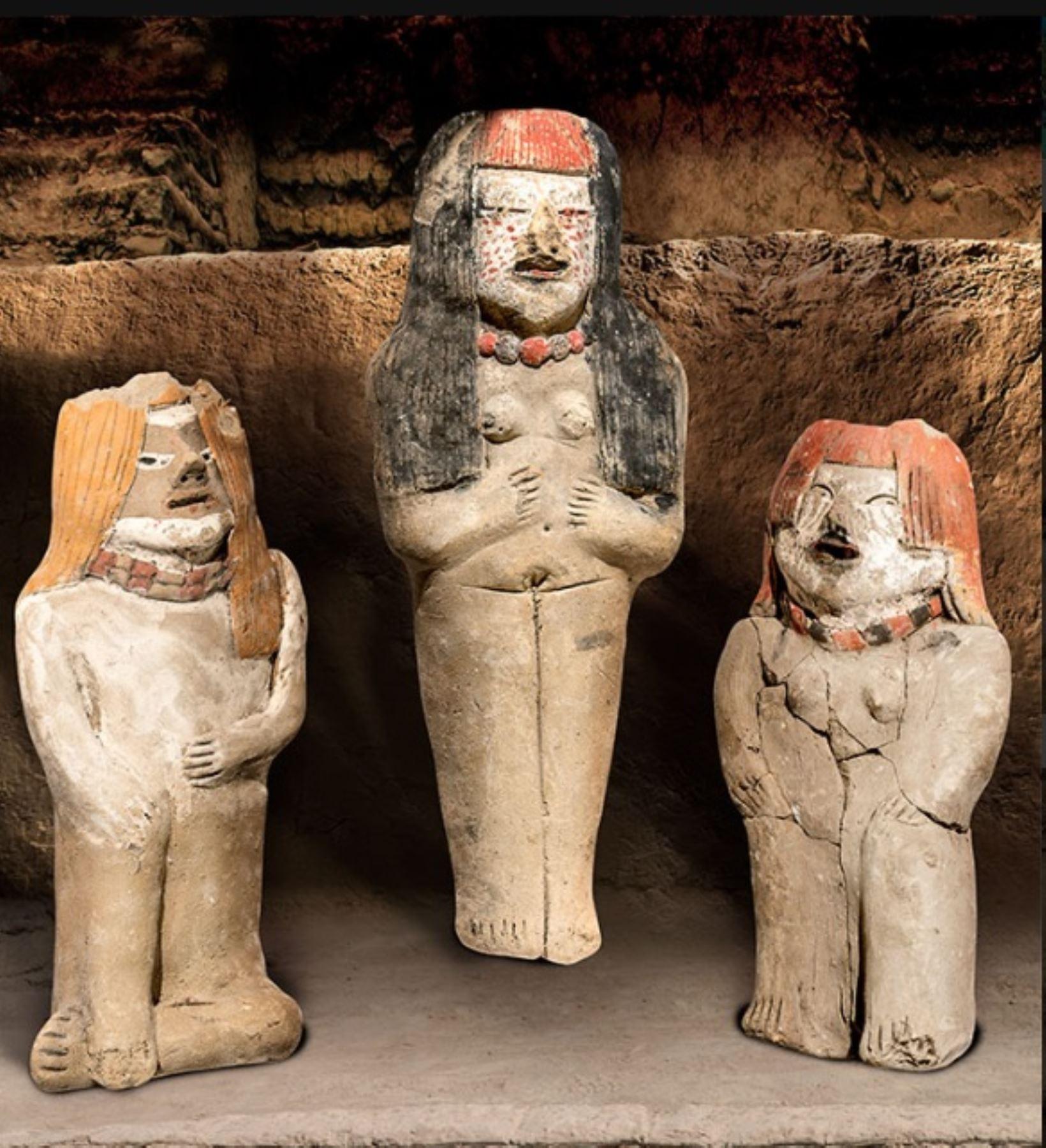 Estatuillas antropomorfas de alto status, halladas como ofrendas en el Edificio Las Hornacinas de Vichama, sociedad agropesquera de Végueta-Huacho.