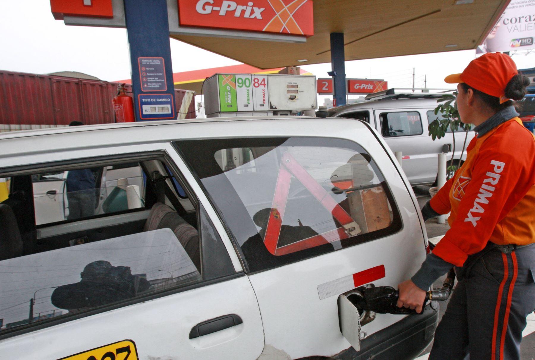 Se reporta una importante disminución en los precios de los combustibles en el exterior.  ANDINA