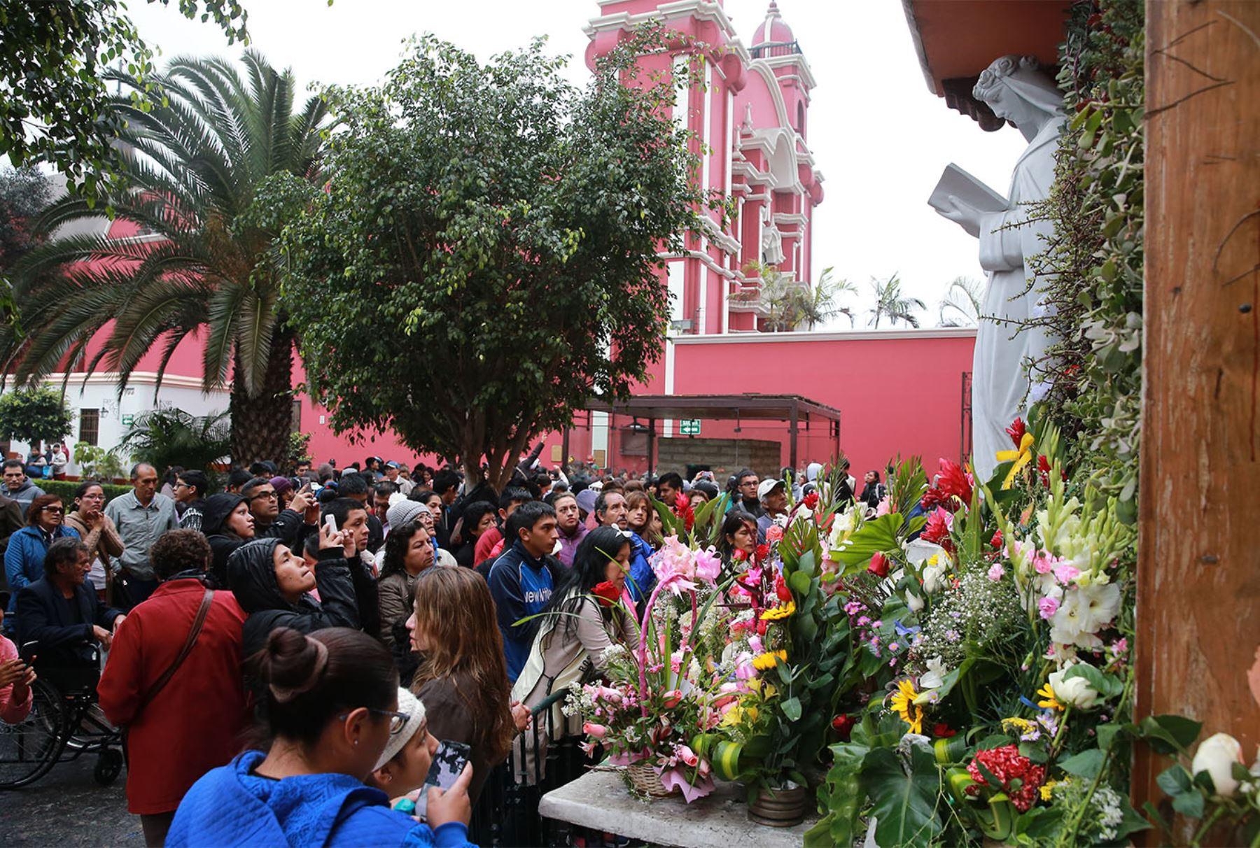 LIMA PERÚ, AGOSTO 30. Miles de fieles se aglomeran en el santuario de Santa Rosa de Lima, en la primera cuadra de la avenida Tacna, para dejar sus cartas en el tradicional pozo de los deseos y rendir homenaje a la santa limeña en su día. Foto: ANDINA/Jhony Laurente