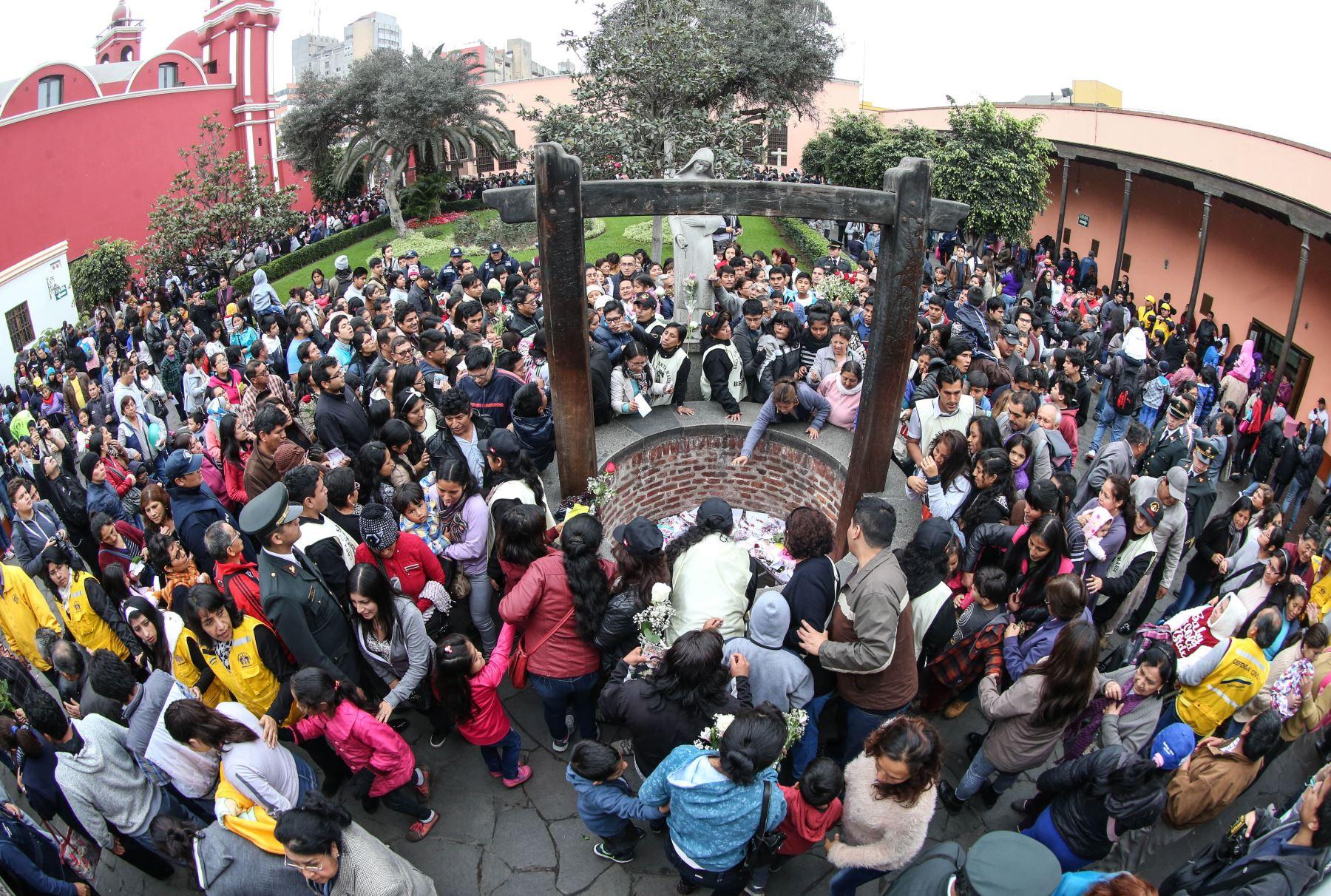 LIMA PERÚ, AGOSTO 30. Miles de fieles se aglomeran en el santuario de Santa Rosa de Lima, para dejar sus cartas en el tradicional pozo de los deseos y rendir homenaje a la santa limeña en su día. Foto: ANDINA/ Vidal Tarqui