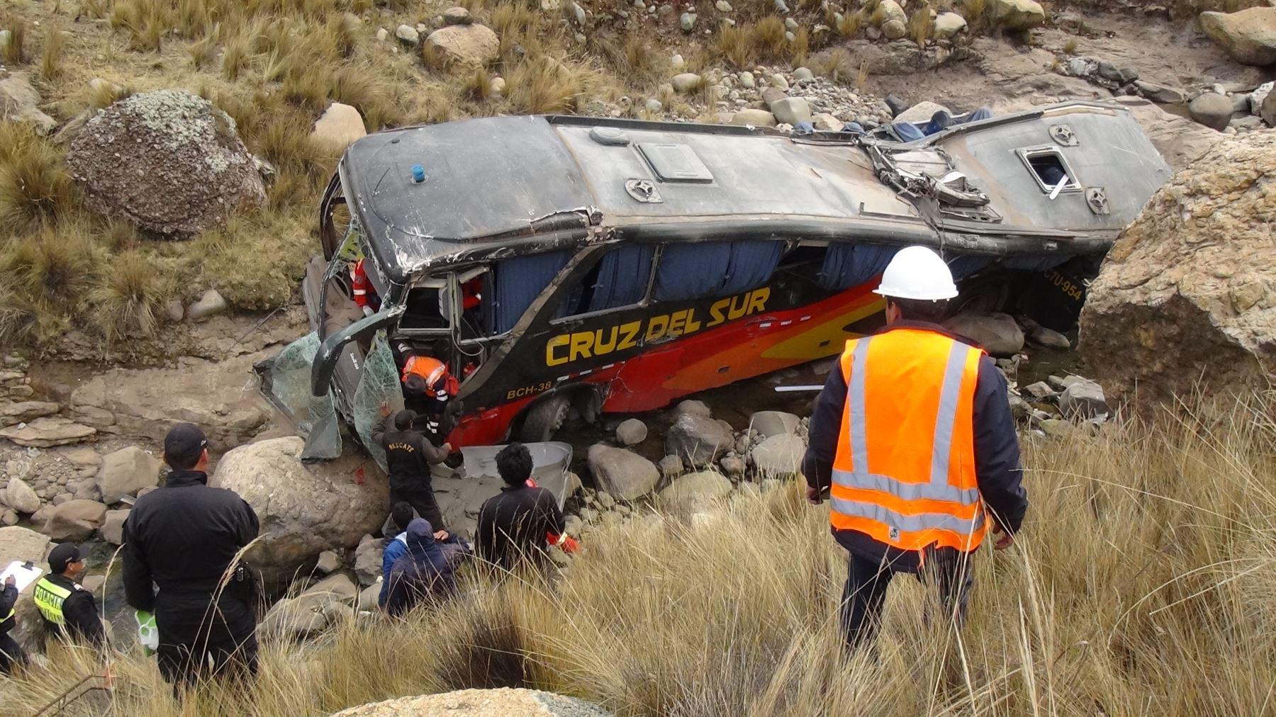 Ómnibus de empres Cruz del Sur se accidentó y cayó a un abismo en La Oroya, región Junín.