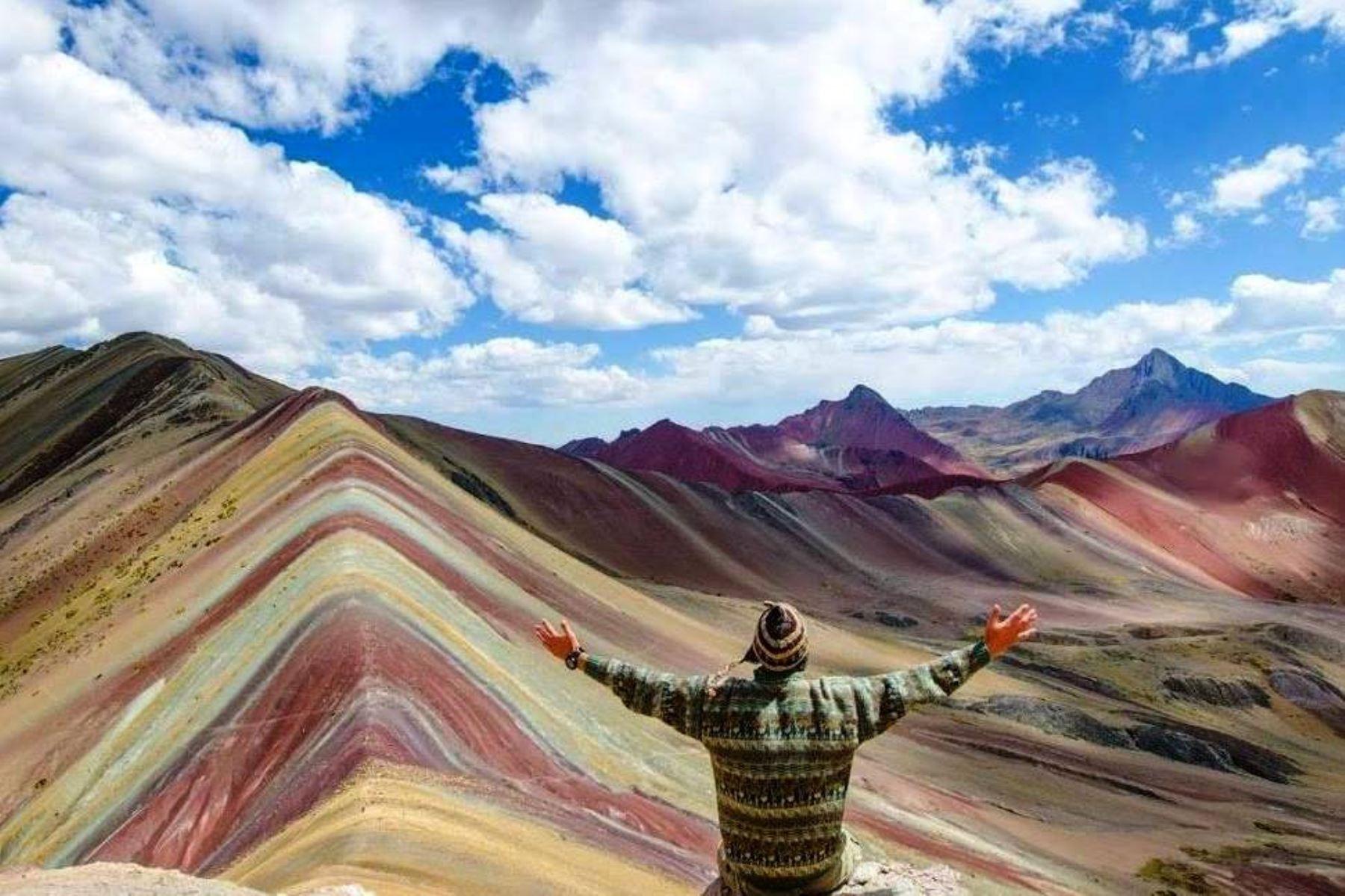 Autoridades de Cusco verán plan de uso sostenible de montaña Vinicunca.