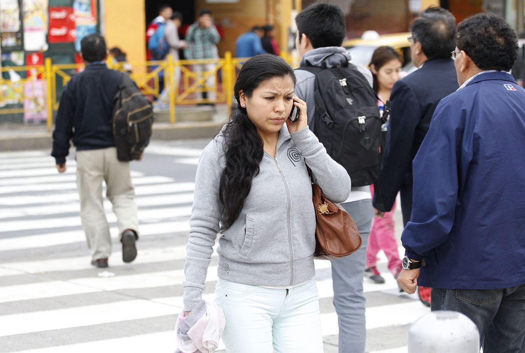 Peruana usando celular. Foto: ANDINA.