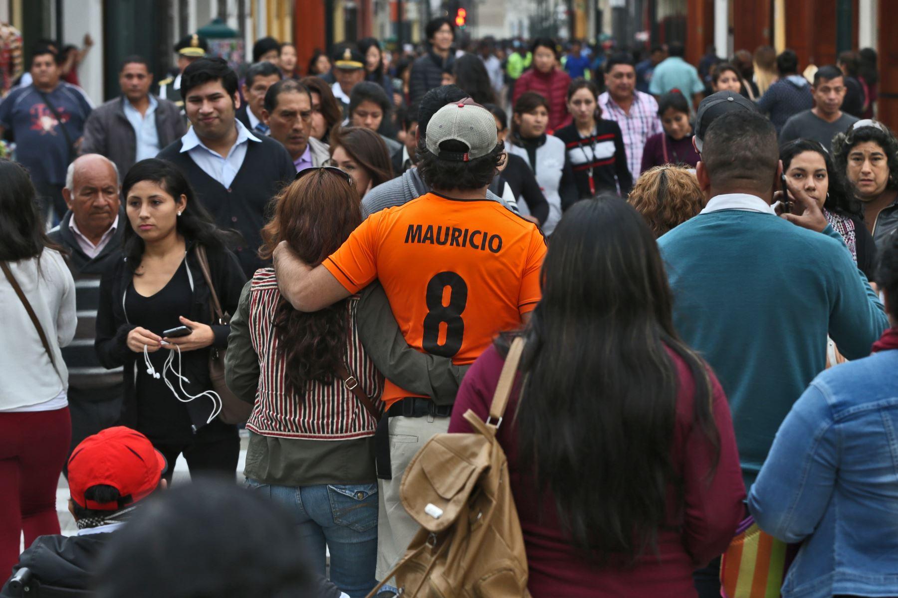 Peruanos caminando. Foto: ANDINA/archivo