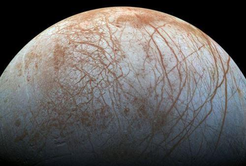 Esta es una imagen de Europa, la luna de Júpiter donde se presume habría un océano bajo la superficie. Foto: AFP