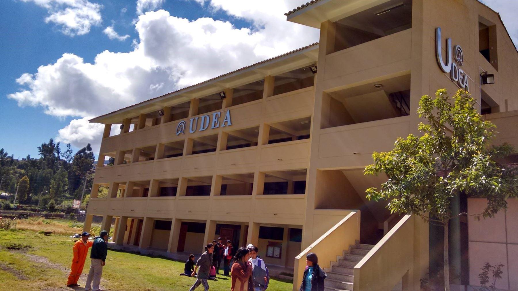 La Universidad para el Desarrollo Andino (UDEA) se especializa en los programas de educación intercultural bilingüe y ciencias agrícolas.