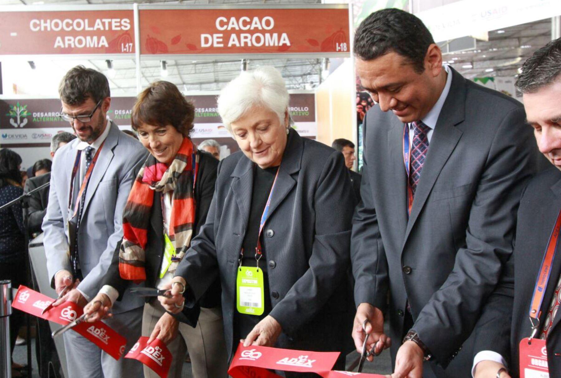 Foto: ANDINA La presidenta de Devida inauguró un pabellón de productores de cacao y chocolate en la feria Expoalimentaria.