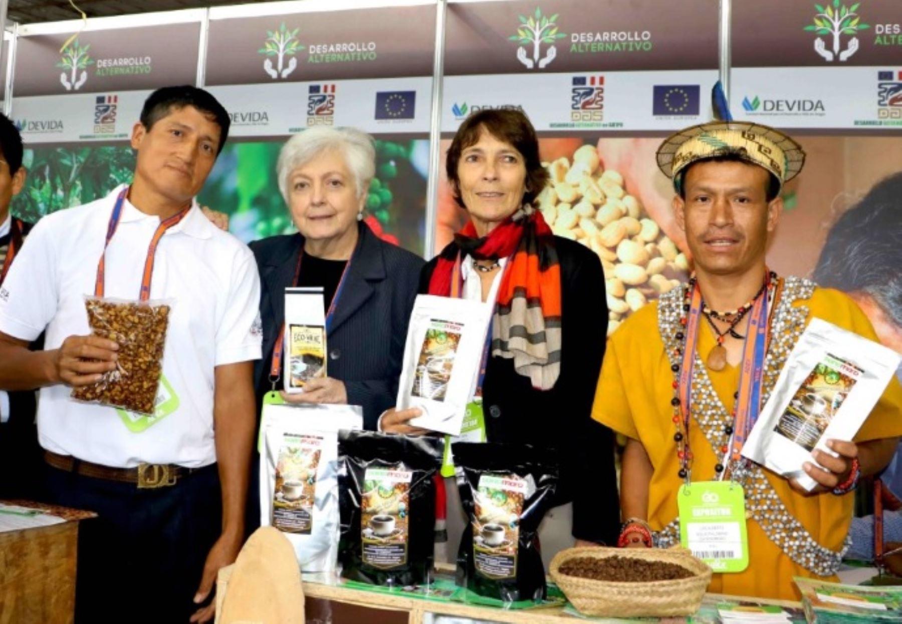 Presidenta ejecutiva de la Comisión Nacional para el Desarrollo y Vida sin Drogas (Devida), Carmen Masías Claux, y embajadora de la Unión Europea en Perú, Irene Horejs, junto a productores de café y cacao participantes en Expoalimentaria 2016.