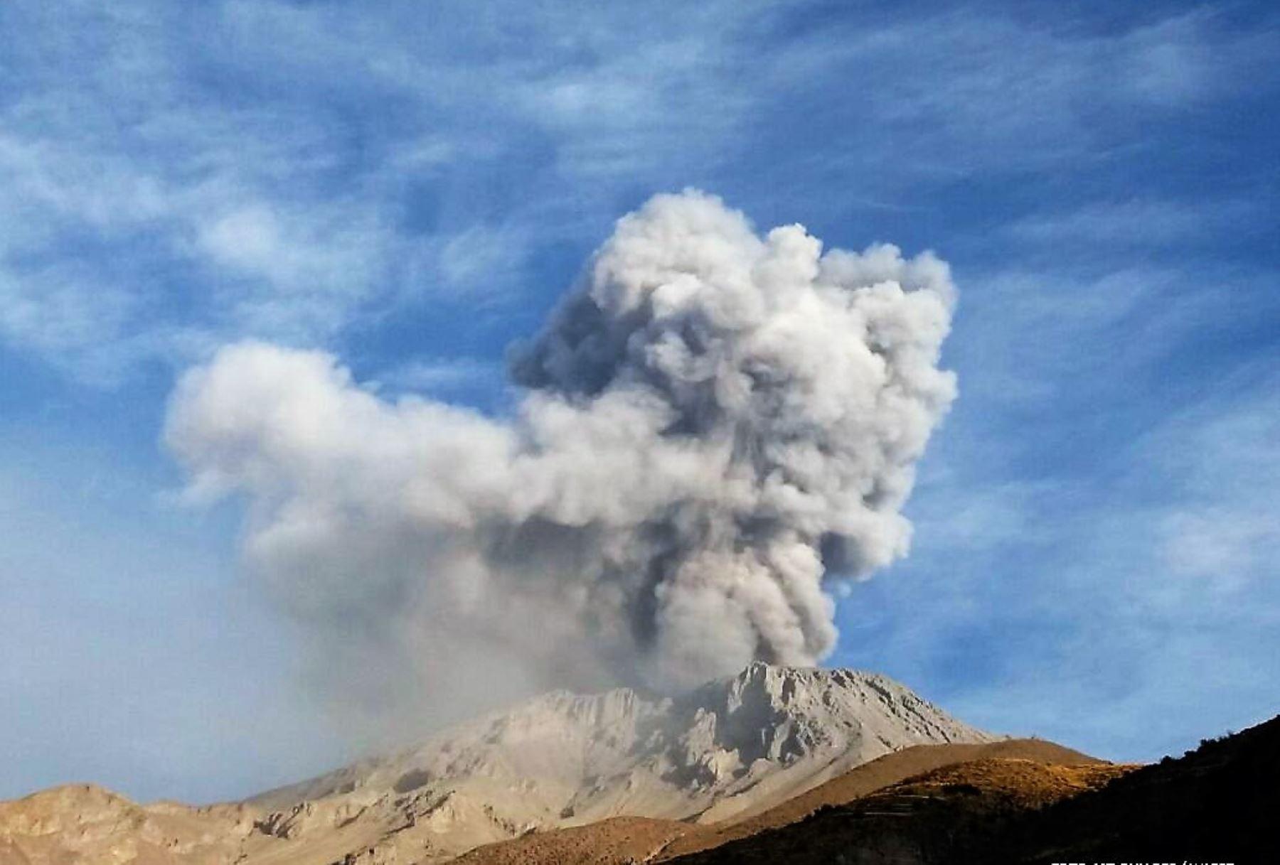 Volcán en erupción deja miles de afectados en Perú y Bolivia