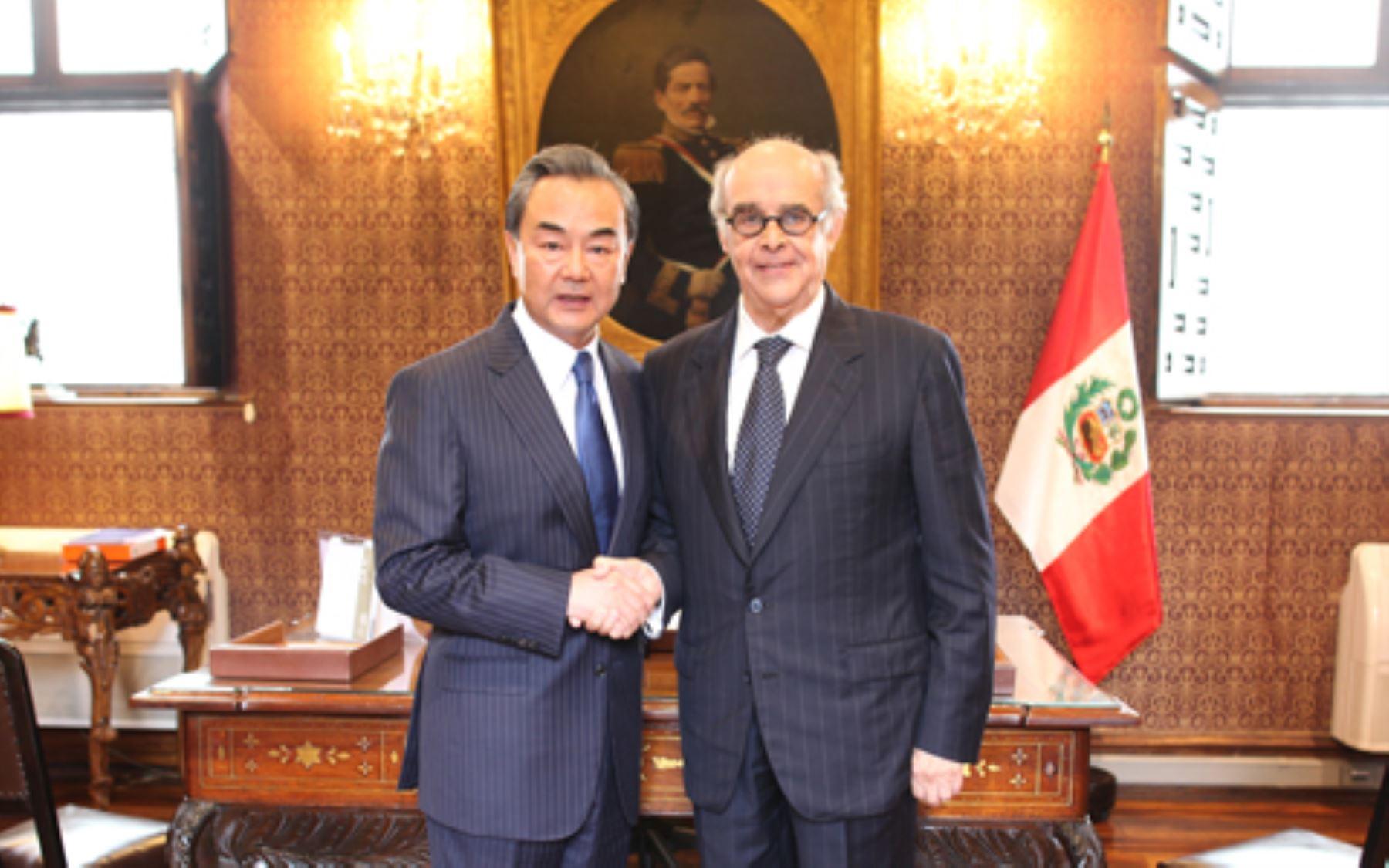 El ministro peruano de Relaciones Exteriores, Ricardo Luna, se reunió con el canciller de China, Wang Yi. Difusión