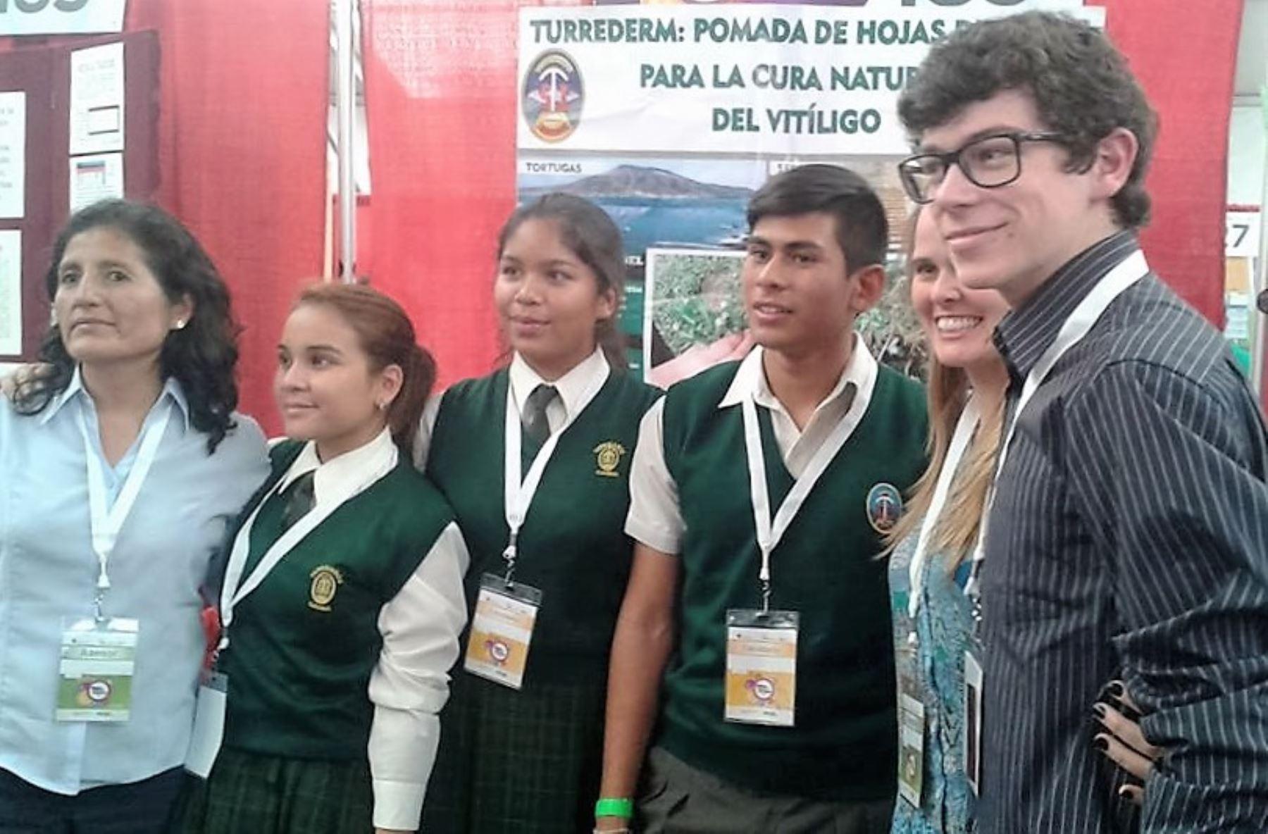 Escolares de Casma destacan en México con crema que trata el vitíligo.