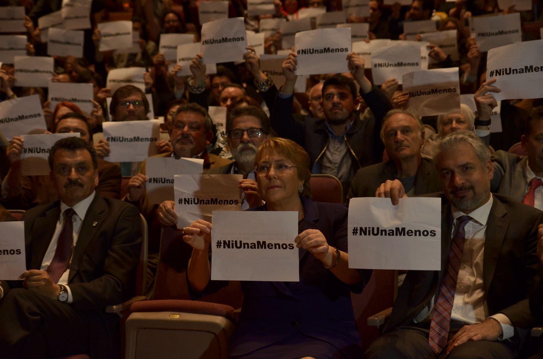 Carteles de #NiUnaMenos durante la inauguración del festival de Cine de Valdivia / Foto: Rodrigo Portales