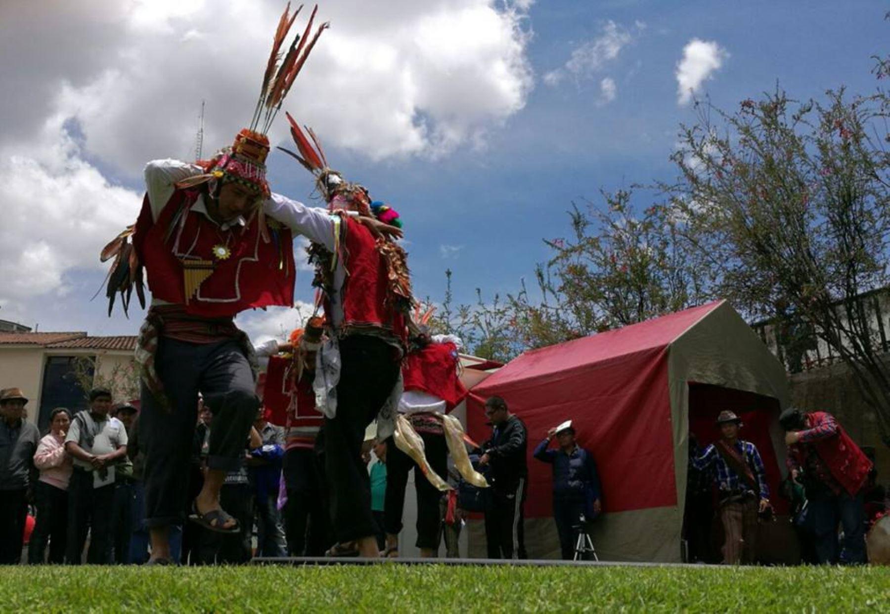 Celebran en Cusco día de los pueblos originarios.