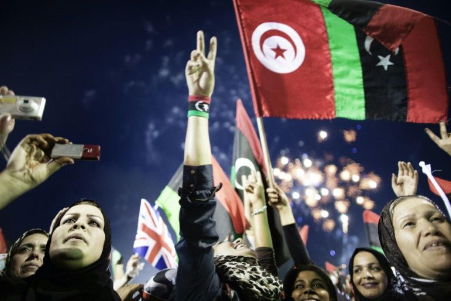 Unas libias celebran el anuncio de la liberación del país el 23 de octubre de 2011 en la Plaza de los Mártires de Trípoli, tres días después de la captura y muerte del líder Muamar Gadafi. Foto: AFP