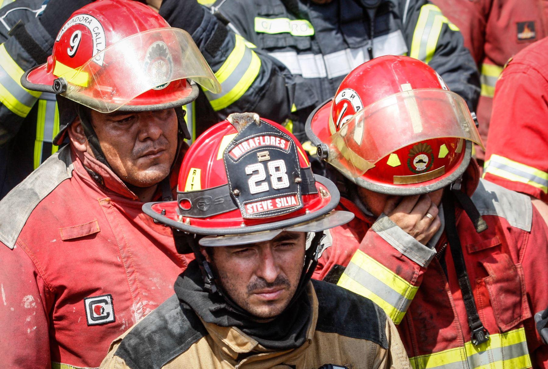 LIMA PERÚ, OCTUBRE 19. Bomberos trasladan los restos de Raúl Sánchez, Alonso Salas y Eduardo Jiménez, fallecidos durante el incendio.Foto: ANDINA/ Eddy Ramos