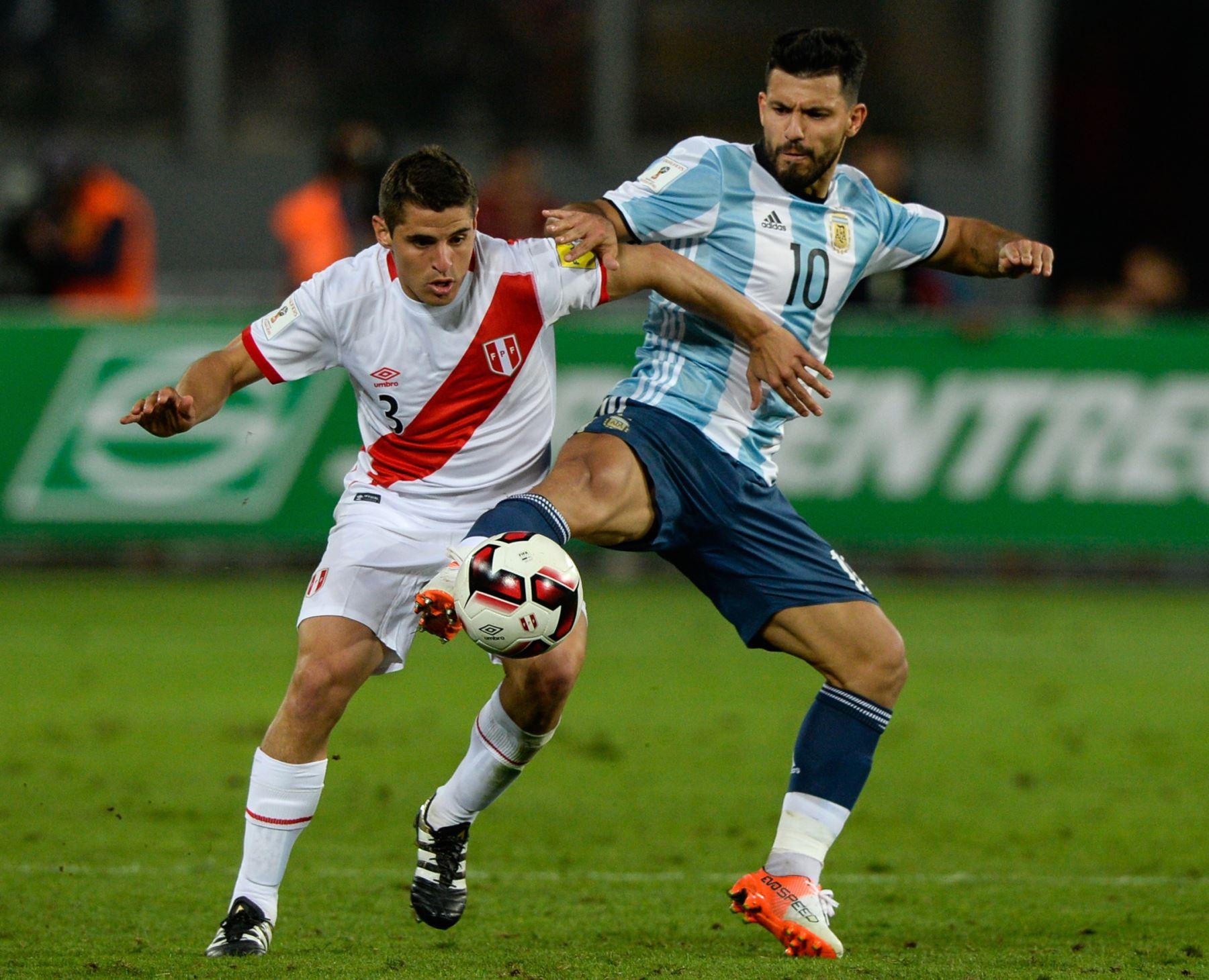 Aldo Corzo marcando a Sergio Agüero. AFP
