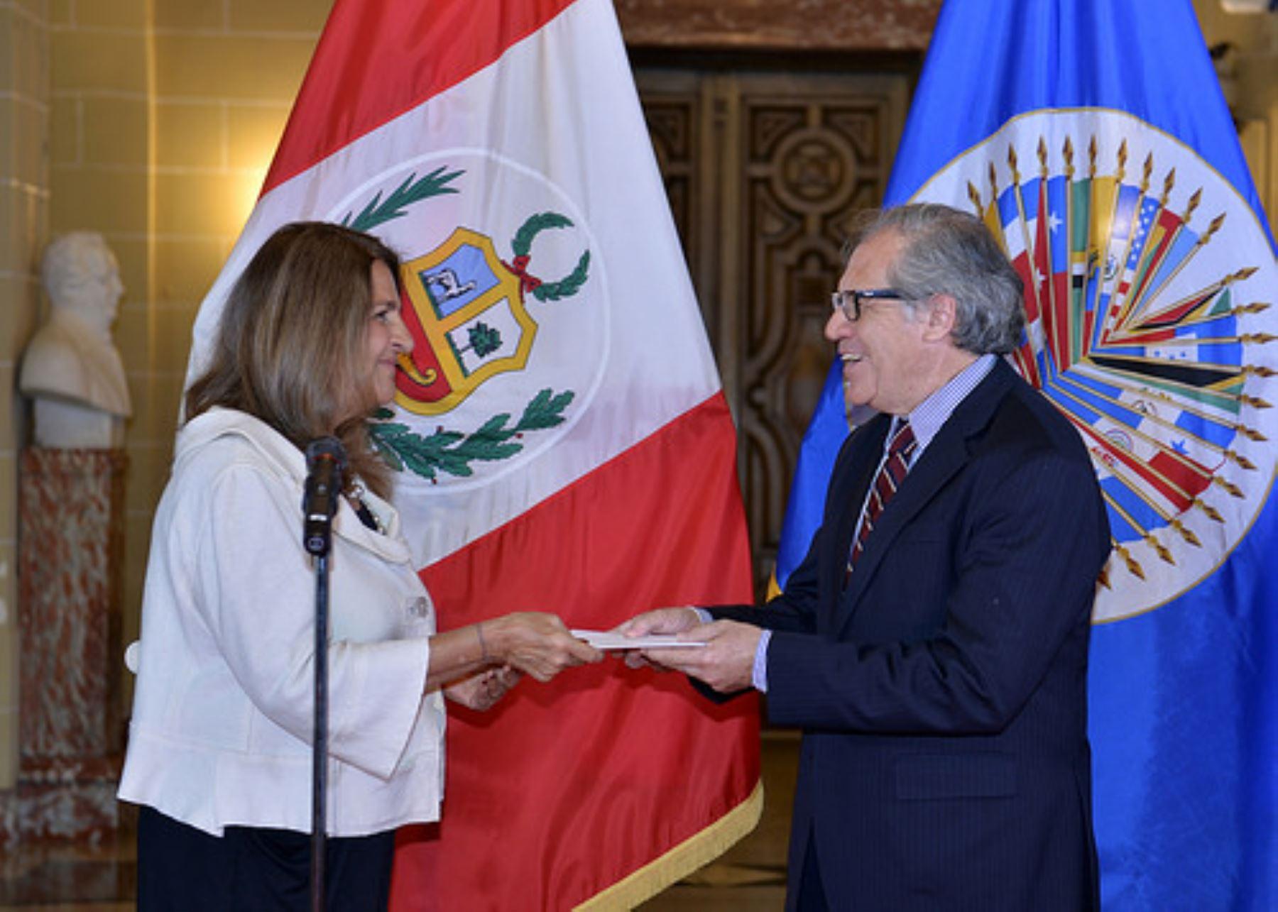La embajadora Ana Rosa Valdivieso entregó hoy al secretario general de la OEA, Luis Almagro, las cartas credenciales que la acreditan como representante permanente de Perú ante el organismo hemisférico.