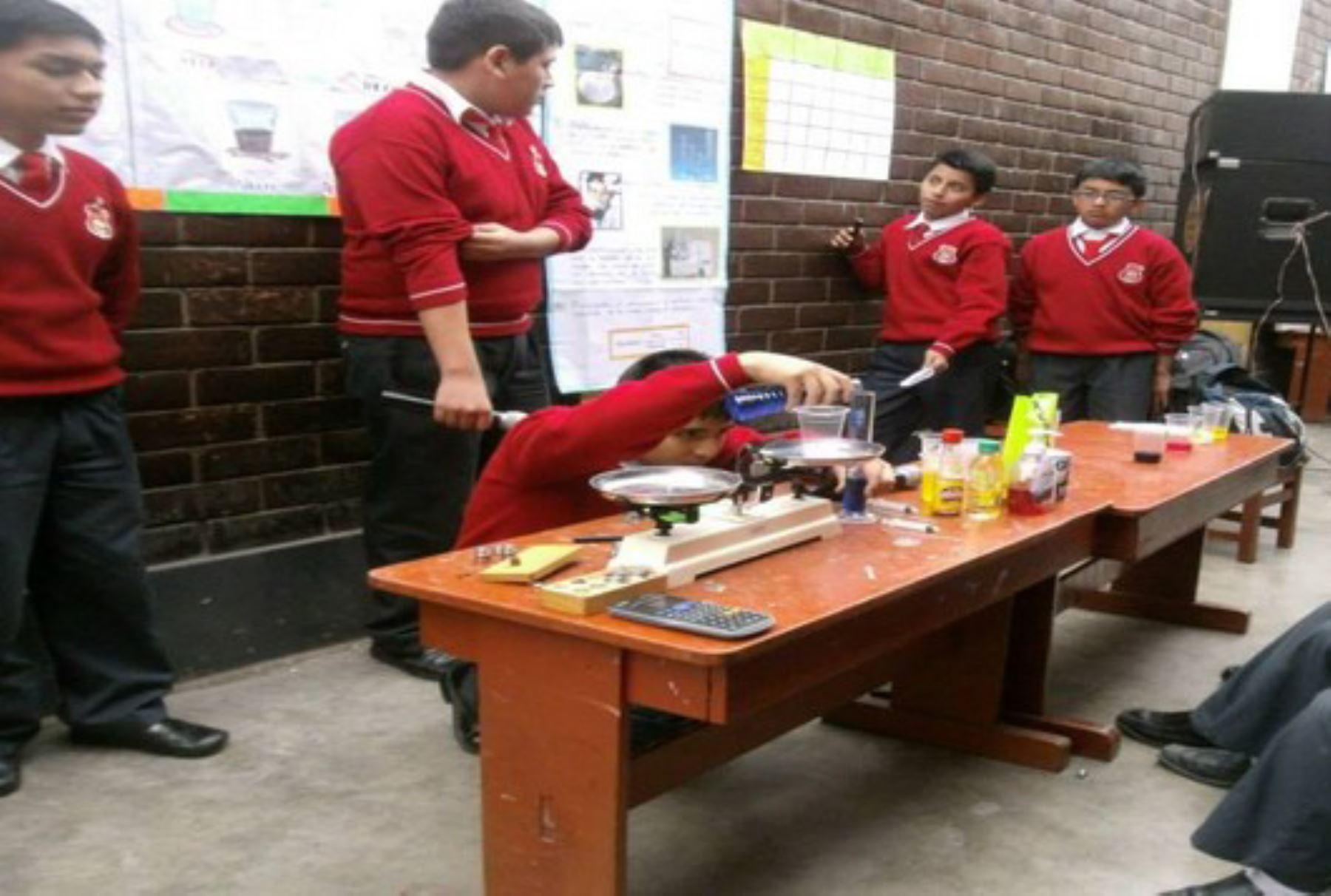 Escolares se preparan para feria de ciencia y tecnología Eureka 2016.