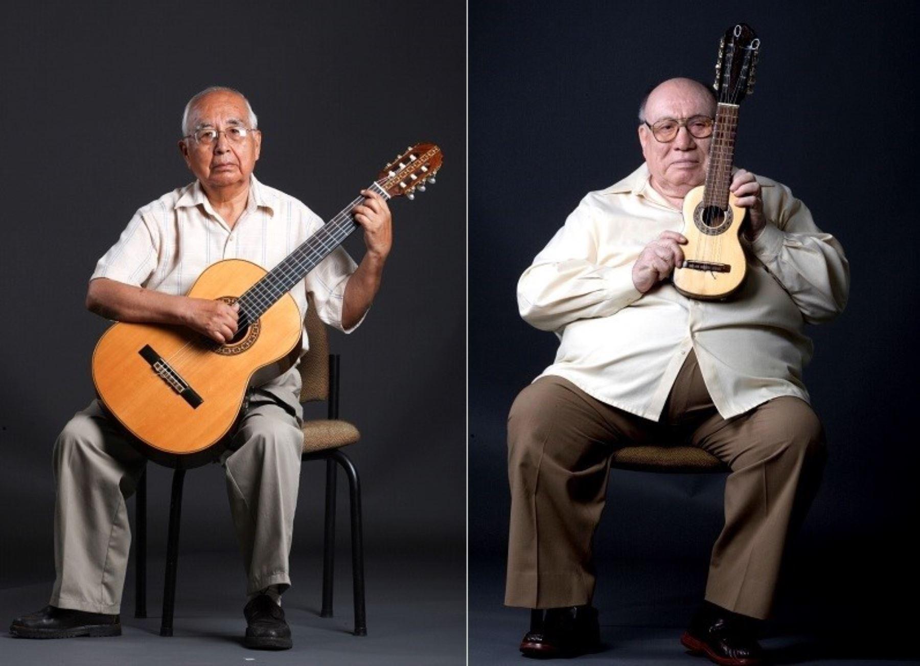 Rául García Zárate y Jaime Guardia, dos de los más insignes exponentes de la música ayacuchana, cultores de la guitarra y el charango, respectivamente. ANDINA/archivo