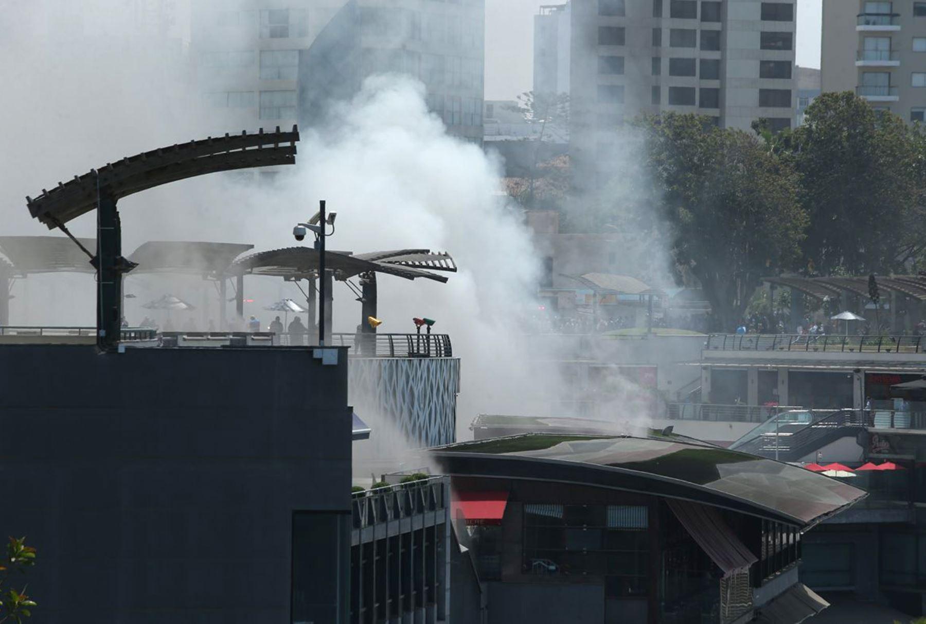Un incendio se registra en una de las salas del cine UVK en el centro comercial Larcomar, en el distrito de Miraflores. Foto: ANDINA/Melina Mejía.