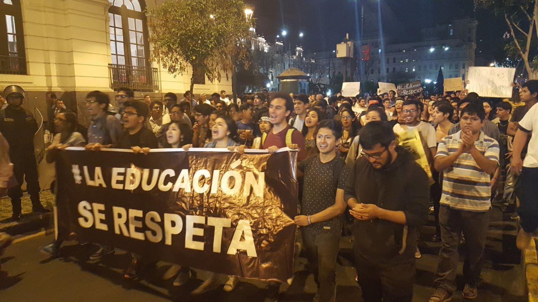 Marcha de respaldo a ministro de Educación, Jaime Saavedra. Foto. Juan Alvarez Morales.