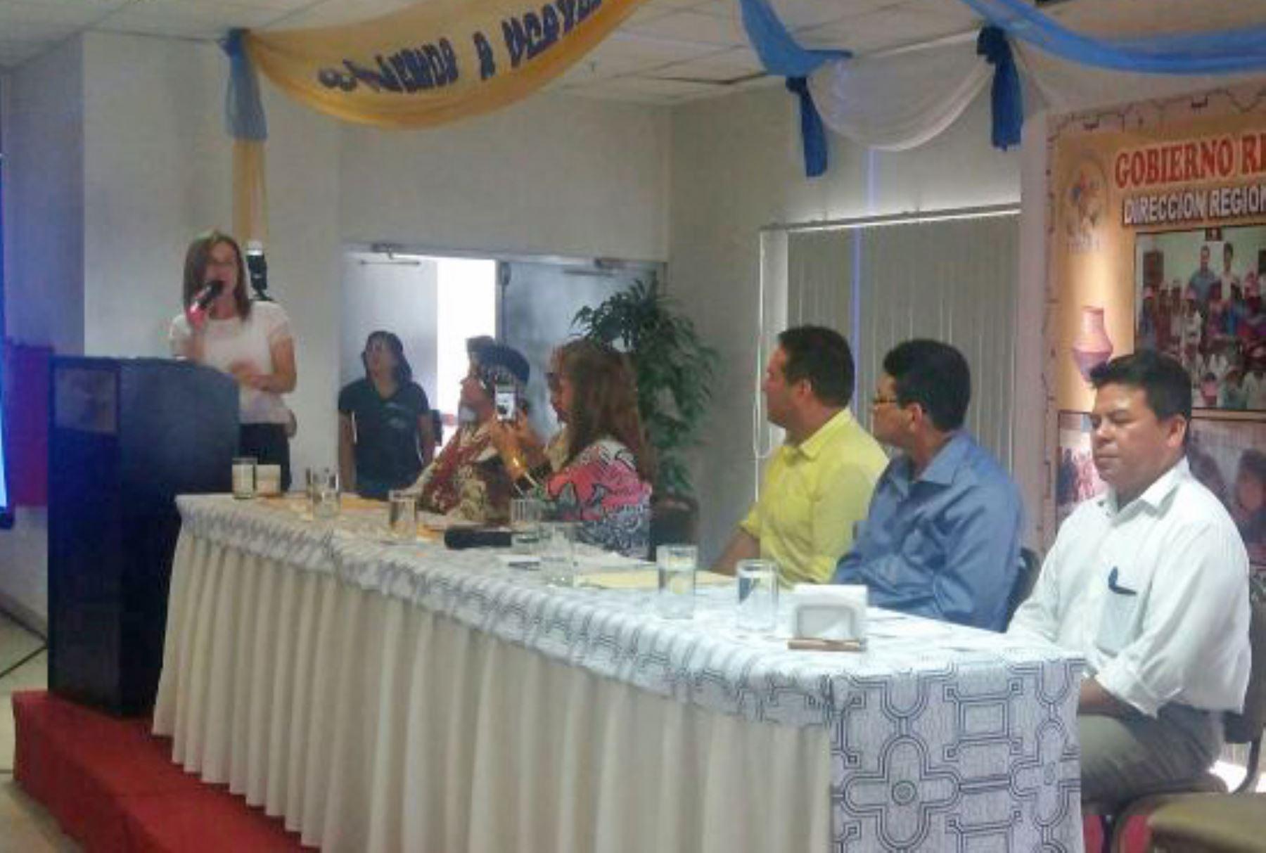 La ministra de Educación, Marilú Martens, presentó hoy en la región Ucayali el Plan Nacional de Educación Intercultural Bilingüe (EIB), documento de gestión que considera todos los componentes y ejes de la política en esta modalidad educativa, y que plantea metas, resultados, estrategias e indicadores de ejecución hasta el 2021.