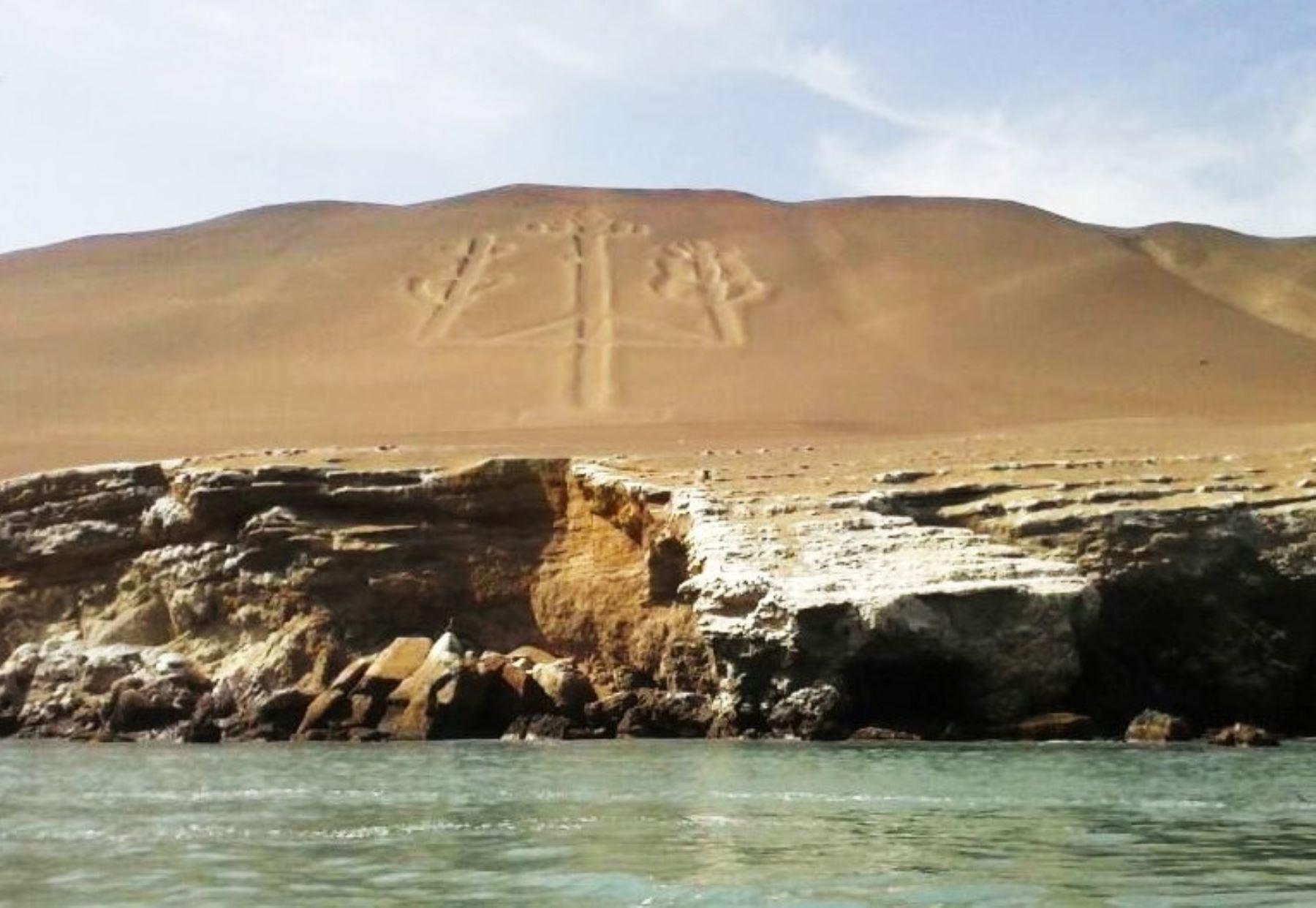 """El Candelabro es un geoglifo llamado también """"Tres Cruces"""" o """"Tridente"""", es una gran formación rocosa de 120 metros de alto, erosionada por el viento y por el mar. Se ubica en la ladera de una loma de arena y puede observarse a cierta distancia desde el mar. ANDINA/Difusión"""