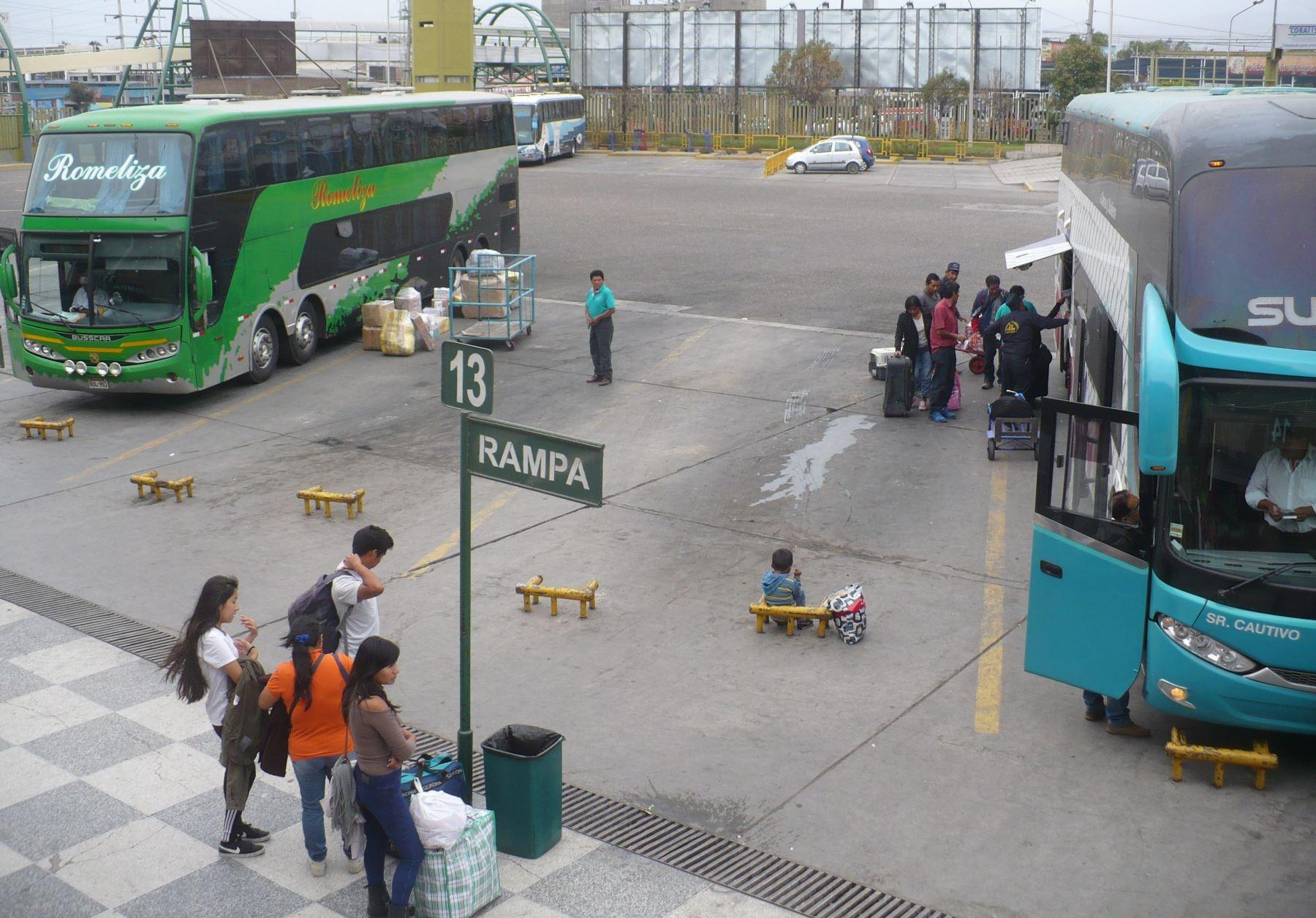 Hoy se reanudó el transporte interprovincial de pasajeros en Arequipa, luego que el Gobierno levantara el cerco epidemiológico en esta región. ANDINA/archivo