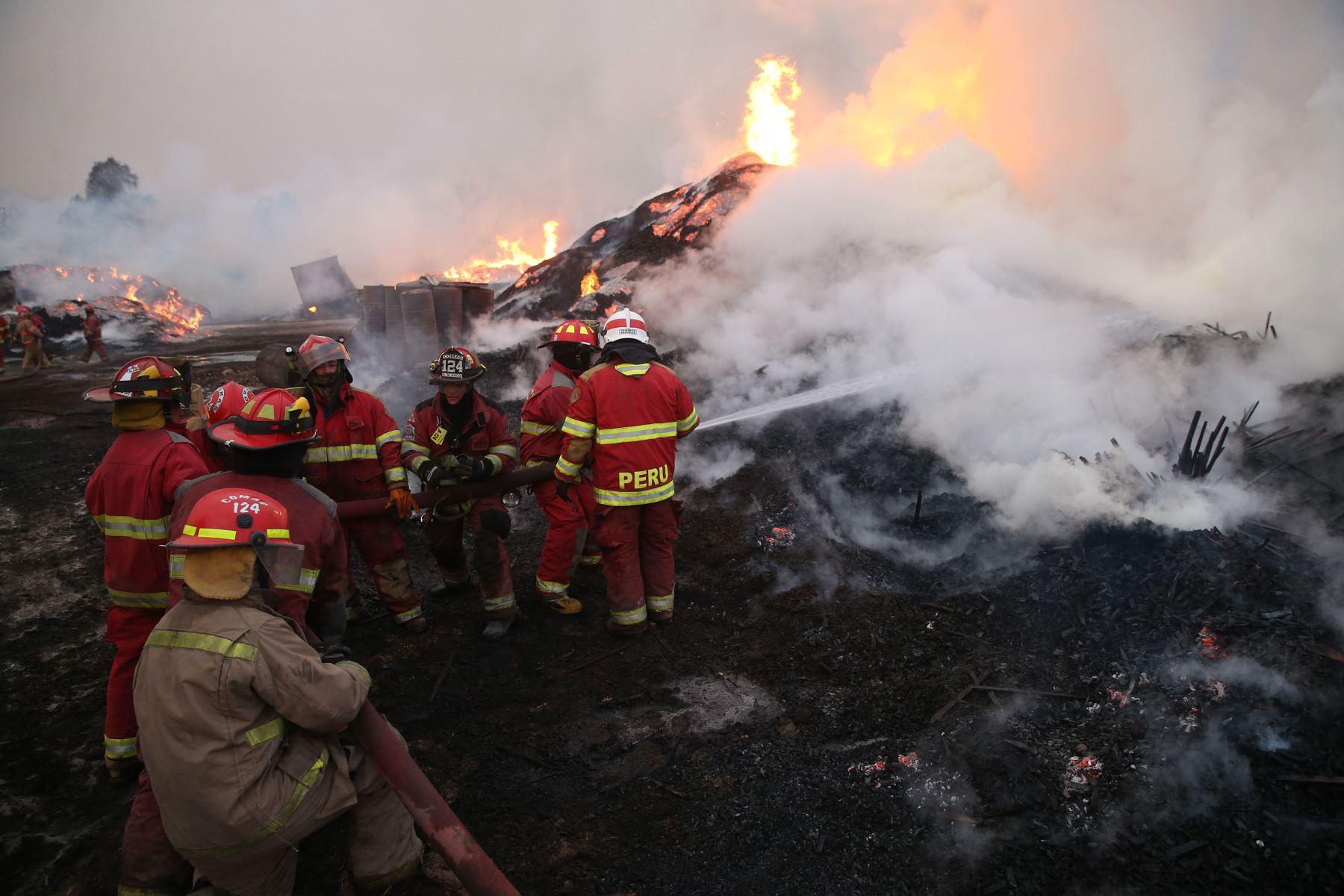 LIMA,PERÚ-ENERO 01. Incendio en deposito de Madera en Carabayllo Foto: ANDINA/Vidal Tarqui