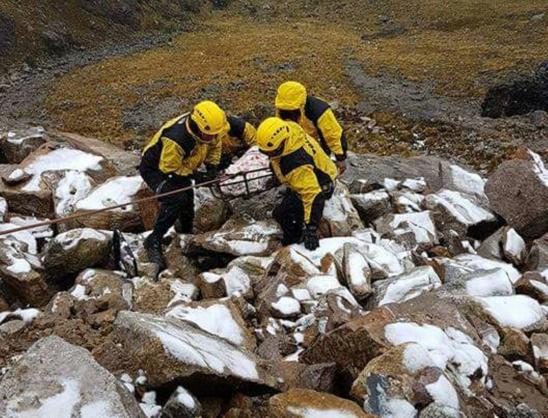 Policía de Alta Montaña rescata a montañista alemán caído a grieta de 30 metros en nevado de Áncash.