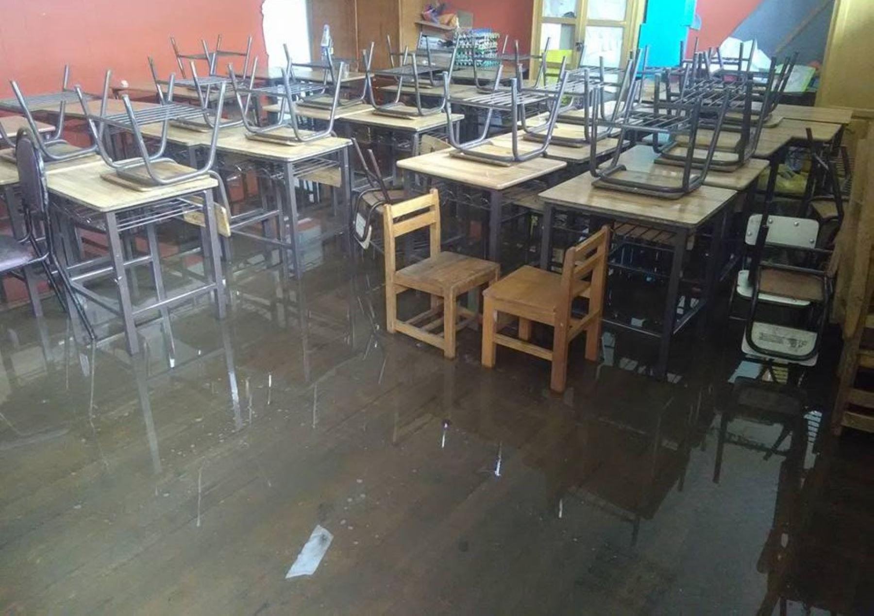 Local escolar y viviendas resultaron inundadas por las lluvias en Puno. ANDINA