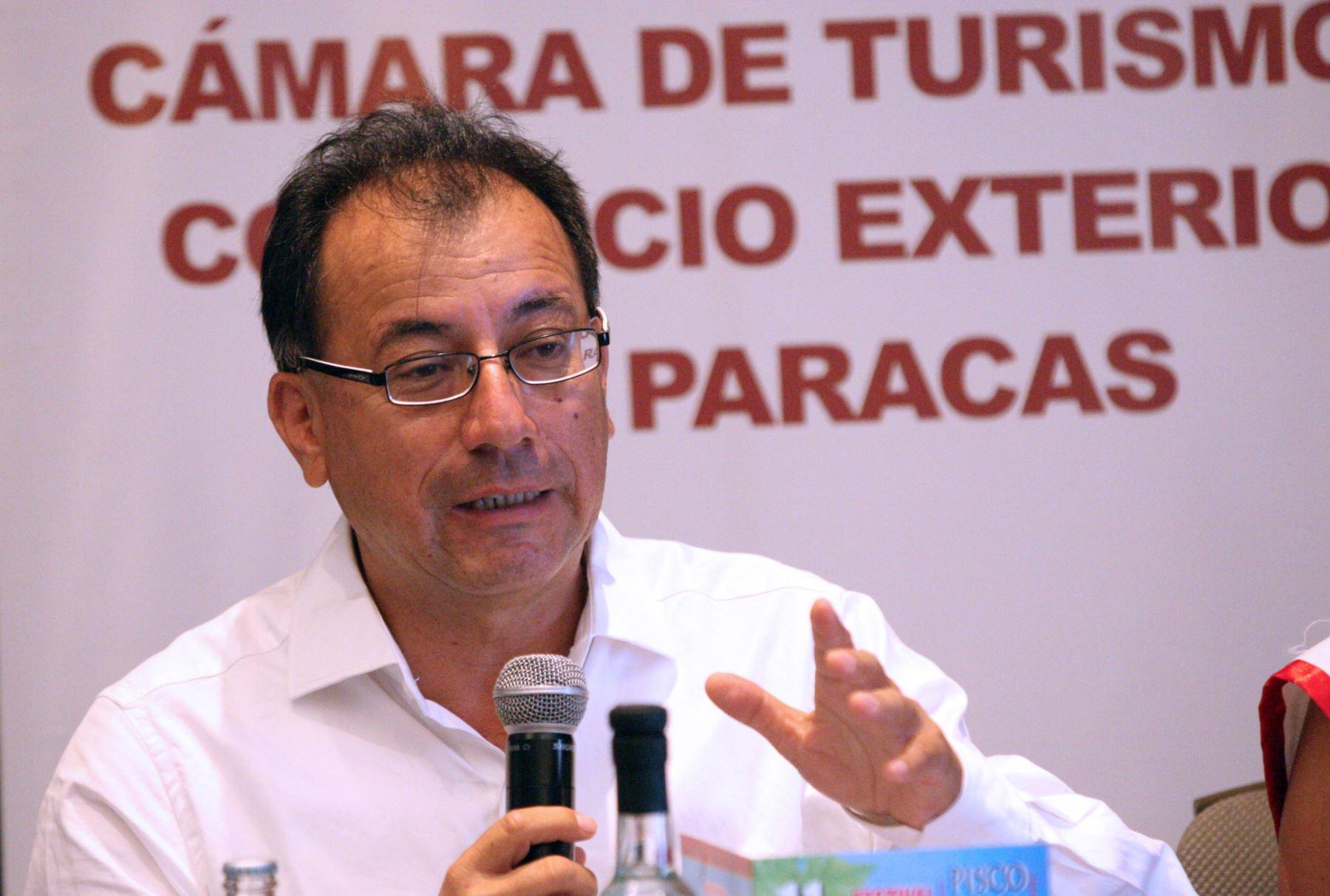 """Eduardo Jáuregui, presidente de la Cámara de Turismo y Comercio Exterior de Paracas (Capatur) en conferencia de prensa anuncia"""" Dia del Pisco Sour"""" en Paracas ANDINA/Jhony Laurente"""